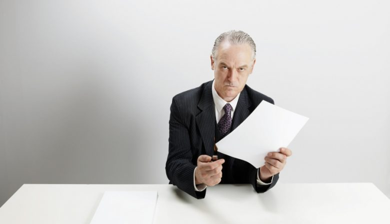 Wilt u meer of minder managers? Als managers zouden doen waarvoor ze zijn ingehuurd, zou de discussie daarover vast verstommen. Want managers zijn mensen die van leidinggeven hun beroep hebben gemaakt met als kerntaak anderen te helpen presteren. Helaas richten de meeste managers zich niet op die kerntaak. Diverse mythes zijn er debet aan dat we deverkeerde mensen selecteren om de verkeerde dingen te doen, gevoed doorhardnekkige lariekoek over leidinggeven die vooral uit de VS over ons wordtuitgestort. Interpersoonlijke sturing vormt – met feedback geven – de kernvan leiderschap. In mijn adviespraktijk kom ik vijf misverstanden tegen diemaken dat leidinggevenden van die kerntaak vaak een potje maken: Taakgericht sturen is eenrichtingsverkeer. Taak en relatie staan tegenover elkaar. Taakvolwassenheid hangt samen met positie en/of leeftijd. Taken delegeren betekent: loslaten. Taken directief uitdelen is 'oud en fout' leiderschap. Ad 1: Misschien wel de meest gemaakte denkfout is om leidinggeven vanuitéén richting, vaak topdown, te bekijken, namelijk vanuit de manager (of bestuurder, afdelingshoofd, teamleider...). Terwijl zowel de vaststelling van de aard van de taak als overeenstemming over de uitvoering daarvan om open overleg vraagt. Taken deel je niet alleen uit, taken neem je ook op je. Ad 2: Voor het bereiken van een resultaat zijn de taak zelf en de voorwaarden waaronder deze moet worden uitgevoerd even belangrijk. De kwaliteit van de relatie, het onderlinge vertrouwen, is een van de voorwaarden die bepalend zijn voor het succes van de samenwerking tussen manager en medewerker. Het waanidee dat de dimensies van taak en relatie tegen gesteld zijn, berust op een misverstand. Ook als je iemand niet aardig vindt, is succesvol samenwerken zeer wel mogelijk. Ad 3: Wat als de raad van bestuur zich realiseert dat voor omarming van de strategie dialoog noodzakelijk is, terwijl ze gewend zijn aan het geven van roadshows? Inschatten van de gewenste hulp vraagt om directe 