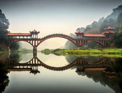 Er zijn nog altijd meer dan 130.000 staatsbedrijven in China. En hoewel privé-ondernemerschap nog maar sinds het begin van de jaren '80 van de twintigste eeuw is toegelaten, zijn er nu al enorme privéconglomeraten die qua grootte en omzet niet moeten onderdoen voor westerse multinationals of Chinese staatsbedrijven. Het zijn vooral deze bedrijven die een steeds grotere concurrentie vormen voor westerse bedrijven. Niet met een lagere prijs of mindere kwaliteit: vele Chinese producten zijn niet meer goedkoop en zijn kwalitatief even goed als westerse. Huawei, Tencent, Alibaba en Xiaomi zijn allemaal privébedrijven die hun westerse concurrenten zoals Apple, Amazon, Visa… het vuur aan de schenen leggen en ze op vele vlakken voorbijgestoken zijn. Maar wat is nu het grote verschil tussen Chinese en westerse bedrijven, en wat kunnen we ervan leren? Net zoals overal ter wereld geldt dat ook in China ondernemerschap neerkomt op hard werken, veel ups en downs, en doorzettingsvermogen. Maar het grote verschil is dat in China alles uitvergroot wordt: #1. Ga uit van fikse concurrentie De Chinese markt telt meer dan een miljard consumenten. Dat is een grote taart waarvoor veel gegadigden zijn, die elk hun stukje willen. Gevolg is dat de concurrentie simpelweg enorm is. Vele westerse bedrijven kunnen zich niet voorstellen wat concurrentie werkelijk betekent in China. Omwille van de mindere social zekerheid is ondernemerschap ook één van de belangrijkste manieren om in China financiële zekerheid te creëren. Het resultaat is een ongenadige concurrentie waarbij ondernemers met veel vallen en opstaan geleerd hebben wat het betekent om succesvol te zijn. In sommige industrieën zijn er letterlijk duizenden concurrenten. Een Duitse marktleider in betonblokken vertelde me dat ze ervan uitgingen dat ze in China zo'n 2.500 concurrenten hebben. Chinese ondernemers zijn ook krijgers van vele oorlogen, niet alleen met westerse bedrijven, maar vooral ook met de eigen staatsbedrijven die vaak be