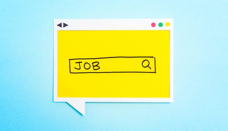 Met zijn netwerk op LinkedIn - 43.000 connecties en volgers - heeft Rob Mes al menigeen aan een baan geholpen. 'Er is heel veel werk, maar mens en bedrijf weten elkaar niet te vinden' Iedere dag om 6 uur 's ochtends kruipt de gepensioneerde Rob Mes (67) achter zijn computer. De eerste twee uur van zijn dag besteedt hij niet aan het lezen van de krant maar het uitlaten van de hond, maar aan het koppelen van werkzoekenden en bedrijven met open vacatures. Met zijn 30.000 connecties op LinkedIn en nog eens 13.000 mensen die hem volgen, heeft hij al veel mensen aan een baan geholpen. Statistieken hoeveel mensen hij precies heeft geholpen heeft hij niet. 'Ik ben geen ondernemer en doe dit enkel om mensen te helpen. Alle tijd die ik besteed aan statistieken verspil ik eigenlijk.' Af en toe krijgt hij wat statistieken toegestuurd van LinkedIn: in 90 dagen werd er 56508 keer op zijn profiel bekeken, wekelijks zoeken meer dan 1600 mensen via zijn profiel naar een baan. Van die 8.000 zijn er ca. 1.600 recruiter, hrm-er, accountmanager of werkgever. Mes benadrukt dat hij zelf geen banen aanbiedt, maar slechts de twee groepen die elkaar zoeken aan elkaar te koppelen. 'Ik ben geen tovenaar, ik moet het ook maar hebben van mijn netwerk en de vacatures die daaruit voortkomen.' Dat netwerk deed hij op als communicatieadviseur bij De Belastingdienst, waar hij werkte voordat hij vier jaar geleden met pensioen ging. 'Toentertijd hielp ik al wat mensen, en na zijn pensioen via mond-tot-mondreclame breidde m'n netwerk zich uit via mond-tot-mondreclame. Stilzitten is niets voor mij, ik wil me inzetten voor andere mensen.' Begrip Maar lag de banenmarkt niet op zijn gat? Mes noemt het lachend een verouderd beeld. 'Toen ik vier jaar geleden begon, waren er nog zo'n 7000 werklozen. Tegenwoordig is dat al veel minder, terwijl het beeld niet veranderd is.' Er zijn volgens Mes veel banen, iedere dag krijgt hij er naar eigen zeggen 100 aangeboden uit allerlei sectoren, van bedrijven en recruiters