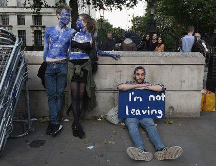 Plus: Unilever bezuinigt om aandeelhouder tevreden te stemmen, Emté blijft kwakkelen, en Air France ziet ze vliegen.Brexit lijkt wel een vechtscheiding - Philips topman maakt transfer naar BMW