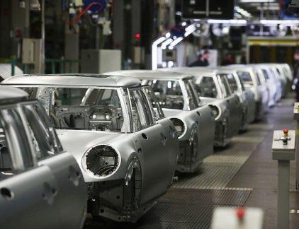 1. BMW kiest Oxford boven Born om nieuwe Mini te bouwen BMW gaat het nieuwe model van de elektrische mini bouwen in haar fabriek in Oxford, in het VK. De productie start in 2019, zo meldt Reuters. De autobouwer verkiest Oxford boven de fabriek in Born, ondanks de onzekerheid die wordt gecreëerd door de brexit. BMW kiest voor het VK omdat het bedrijf de afgelopen jaren 750 miljoen pond heeft geïnvesteerd in de Britse fabriek. Mocht de Britse export vanwege de brexit toch op losse schroeven komen te staan, dan heeft het bedrijf nog een 'alternatieve productielocatie' achter de hand, meldt BMW. Daarmee doelt het bedrijf op de autofabriek in Born. 2. Bod op margarinetak Unilever in de maak Amerikaanse investeringsmaatschappijen Clayton Dubilier & Rice en Bain Capital zijn bezig een bod voor te bereiden op de margarinetak van Unilever. Onder deze tak vallen onder meer de merken Becel, Blue Band, Bona en Zeeuws Meisje. Dat melden ingewijden aan de Britse zender Sky News.Naar verwachting zullen gedurende de zomer zich meerdere partijen melden voor het bedrijfsonderdeel waarvan Unilever in april meldde afscheid te willen nemen. De margarinetak van Unilever presteert al tijden onder de maat. De bewuste consument wil producten die gebaseerd zijn op boter in plaats van plantaardige producten. 3.Elliott houdt vast aan eisen AkzoNobel Elliott Advisors blijft bij zijn wens om agendapunten in te mogen dienen voor de buitengewone aandeelhoudersvergadering van AkzoNobel in september. Dinsdag liet AkzoNobel weten dat het bedrijf een aantal belangrijke eisen van Elliott aan de kant schuift. Zo wordt er niet gestemd over het ontslag van president-commissaris Antony Burgmans en mogen aandeelhouders geen agendapunten aanvoeren. Wel zal gestemd worden over de nieuwe topman Thierry Vanlacker. Donderdag dient een kort geding voor de rechtbank van Amsterdam over de eisen van Elliott. 4. Consument koopt makkelijker bij buitenlandse webshop Europese consumenten kopen steeds meer bij buitenland