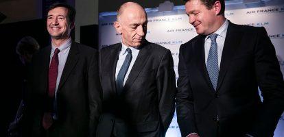 1. China Eastern en Delta Airlines kopen ieder een 10 procentsbelang in Air France-KLM Dat maakte de luchtvaartmaatschappij donderdag nabeurs bekend. Air France-KLM hoopt dat de alliantie meer kansen biedt op de luctratieve transatlantische routes en de groeiende Aziatische markt. Air France-KLM maakte ook bekend een 31 procentsbelang te nemen in Virgin Atlantic Airways, de door Richard Branson opgerichte prijsvechter. Van hem worden de stukken ook gekocht en dat betekent dat Branson de controle over het bedrijf nu echt uit handen geeft. Delta Airlines heeft ook al een groot belang van 49 procent in Virgin. 2. Samsung nadert Apple ook als het gaat om winst Ontploffende telefoons of niet, Samsung dendert door. Het was al de grootste smartphonemaker, maar nu lijkt het bedrijf ook in de race voor de titel de meest winstgevende te worden, althans, gemeten in absolute cijfers. Samsung boekt in 2017 naar verwachting 35 miljard dollar winst. Dat is nog dik 10 miljard minder dan de verwachte winst van Apple, maar het komt wel heel snel in de buurt, schrijft The Wall Street Journal. 3. Terugroepactie voor de Porsche Cayenne vanwege sjoemelsoftware Wie in een Porsche Cayenne rijdt, moet niet verbaasd opkijken als de garage belt. De diesel heeft namelijk een software-update nodig, of liever, ze moeten de sjoemelsoftware verwijderen. Het zou gaan om circa 20.000 Cayennes op de Europese markt, meldt Bloomberg. 4. Feest bij Facebook Facebook had mooie halfjaarcijfers. Het sociale netwerk heeft nu naar eigen zeggen 2 miljard actieve gebruikers per maand. De omzet nam toe met 45 procent tot 9,3 miljard. Het leidde tot enthousiasme bij beleggers. Het aandeel van het bedrijf was zo in trek, dat Facebook toetreedt tot de de exclusieve club techbedrijven die een marktwaarde kennen van meer dan 500 miljard dollar. Google's moeder Alfabeth, Amazon, Microsoft en Apple zijn de andere vier bedrijven. 5. Manager van de dag: Jeff Bezos (Amazon) De koers van Amazon is de afgelopen maanden omho
