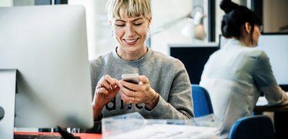 De gemiddelde werknemer besteedt een volle dag in de week aan dingen die niets met werk te maken hebben. Een survey van OfficeTeam, onderdeel van Robert Half onder 600 Amerikaanse werknemers vond dat de gemiddelde kantoorwerker elke dag 56 minuten met zijn mobieltje bezig is, dat is 43% meer dan de 39 minuten die managers verwachtten. Persoonlijke mail Bij elkaar opgeteld zit je dan bijna op vijf uur per werkweek. Het overgrote merendeel van de tijd besteden mensen aan het afhandelen van hun persoonlijke mail, gevolgd door social media. Sportwebsites, spelletjes en webshopping nemen de derde, vierde en vijfde plaats in. De reden dat mensen hun mobiele telefoon gebruikten, was omdat ze op deze manier sites konden bereiken die door de werkgever geblokkeerd zijn. De telefoon is niet de enige manier waarop personeel de baas tijd gebruikt. De gemiddelde werknemer besteedt 42 minuten per dag, wat neerkomt op 3,5 uur per week, aan persoonlijke zaken zoals boodschappen. Millennials Bij elkaar opgeteld is dit bijna acht uur per week aan verloren productiviteit. En als het kantoor veel jonge werknemers heeft, is dit nog veel meer. Werknemers tussen de 18 en 34 besteden gemiddeld 70 minuten per dag aan hun mobieltjes en 48 minuten aan persoonlijke zaken.