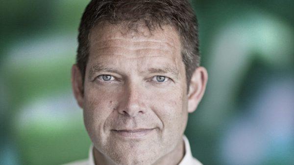 Weinig mensen kennen Refresco. Het enige in Nederland bekende product dat het bedrijf maakt is Wicky, de sapjes voor kinderen. Maar Refresco is de grootste frisdrankproducent van Europa. Klanten zijn winkels als Aldi en merken als Pepsi. Voor hen produceert het bedrijf huis- en A-merken. In Europa komt 30% van de huismerken uit de fabrieken van Refresco en 35% van de A-merken. Elke dag sap CEO Hans Roelofs heeft zelf zeker wat met sap. Hij drinkt het naar eigen zeggen bijna elke dag. 'Als directeur moet je affiniteit met het product hebben, anders werkt het niet,' zegt hij tegen NRC.Roelofs is CEO sinds 2007. Daarvoor zat hij twee jaar bij Dumeco, de rechtsvoorganger van vleesgigant Vion. Bij zijn aantreden was Roelofs de vijfde CEO in evenzoveel jaar. Zijn doelstelling was om het langer dan een jaar vol te houden, het werden er twee. Hij ging er naar eigen zeggen precies op tijd weg, anders had hij waarschijnlijk ruzie gekregen. Van oorsprong is Roelofs Zoöloog. Hij studeert het in Wageningen en gaat na zijn studie in 1988 aan de slag bij Nutreco. Voor het bedrijf werkt hij in Frankrijk, Spanje en de Verenigde Staten. Hij blijft er tot 2004. Rallyrijden In zijn vrije tijd is Roelofs een fervent rallyrijder. Na zijn afstuderen rijdt hij Parijs-Dakar op een Honda 500 en na zijn vertrek bij Dumeco besluit hij een half jaar niets professioneel te doen. Hij pakt zijn oude hobby weer op. In 2007 rijdt hij in een persauto mee. Als het team dat hij volgt al na vijf dagen uitvalt, wordt hij gevraagd om een team samen te stellen dat het jaar erop in de amateur klasse mee kan doen voor de prijzen. Hij accepteert. Maar als hij aan de slag gaat bij Refresco moet hij het opgeven, het bedrijf vindt de risico's te groot. Op 27 maart 2015 wordt Roelofs miljonair. Het bedrijf gaat naar de beurs en Roelofs en andere managers hebben eerder eigen geld in het bedrijf gestopt om de groei te bekostigen. Zijn aandelenpakket levert hem 5 miljoen euro op. Bij de beursgang zegt hij: 'Het enig