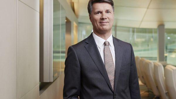 Een gedurfde stap is het wel, maar Krüger lijkt zeker van zijn zaak. Hij werkt al sinds 1992 voor BMW en werkte zich op van ingenieur naar CEO binnen 23 jaar. Hij bekleedde binnen die periode verschillende managementfuncties in Munich. Sinds eind 2008 is hij ook onderdeel van de raad van bestuur. De hoogste functie kreeg hij per mei 2015. Flauwgevallen Veel over deze topman is niet bekend buiten werk om. De meeste mensen zullen hem kennen van zijn 'flauwvallen' tijdens een autoshow in 2015 in Frankfurt. Een van zijn eerste publieke optredens, maar voordat hij het woord echt kon nemen viel hij stijl achterover en werd van het podium af geëscorteerd. Later bleek dat alles in orde was, maar een indruk had hij wel achter gelaten. Carrière Krüger lijkt een heel loyale professional, voordat hij bij BMW aan de slag ging had hij maar één baan. Als research assistent bij het Institute of Flight System Dynamics. Dat leek na een jaar toch niet te zijn wat hij wilde, toen stapte hij over naar BMW, om nooit meer weg te gaan. Compensaties Zijn compensatie heeft er misschien wat mee te maken, Krüger verdient een luttele 8 miljoen per jaar. Zijn salaris valt nog te overzien: 1,5 miljoen euro per jaar. Maar daar komen zoveel bonussen, aandelen en overige compensaties bij dat hij veel meer op zijn rekening kan wegschrijven. Digitalisering bij BMW Daartegenover staat natuurlijk wel dat hij een flinke klus te klaren heeft bij BMW. De topman is sinds zijn aantreden als CEO in 2015 bezig om de afzet te verdubbelen tot drie miljoen eenheden. Daarnaast richt Krüger zich op digitalisering van auto en IT. Nu hij samen blijkt te werken met Daimler om de autodeeldienst Car2Go (Daimler) en Drive-Now (BMW) samen te voegen, lijkt die focus wel te kloppen. De timing is wel opvallend, want momenteel ligt BMW onder vuur vanwege kartelvorming. Dat lijkt Krüger echter niet te stoppen.