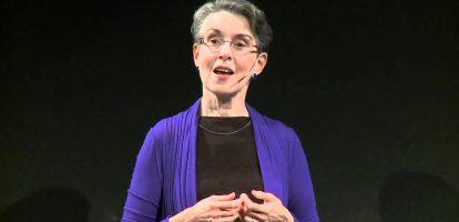 """Teresa Amabile (1950) onderzoekt al dertig jaar op hoe organisaties medewerkers gelukkiger, productiever en creatiever kunnen maken. Amabile studeerde ooit Scheikunde, maar moleculen konden haar toch minder boeien dan mensen. Ze storte zich eind jaren zeventig op psychologie en promoveerde aan Stanford University. Tegenwoordig is ze hoogleraar aan de Harvard Business School. MT.nl spreekt professor Amabile over haar boek """"The Progress Principle: Using Small Wins to Ignite Joy, Engagement, and Creativity at Work"""". Amibile schreef het boek samen met Steven Kramer. Het wordt gezien als een van de meest invloedrijke werken over motivatie en creativiteit in organisaties van het de laatste jaren. In september 2017 spreekt Amabile op het event The Future of Work in Amsterdam. Wat is het 'progress principle', en hoe heeft u het ontdekt? 'We deden aanvankelijk onderzoek naar creativiteit en motivatie in organisaties. Wat maakt medewerkers creatief? Daartoe onderzochten we 238 teams in 7 bedrijven in de Verenigde Staten. We stuurden de teamleden elke dag een e-mail met een paar vragen over hun werkdag. """"Geef een cijfer voor motivatie, emotionele gesteldheid en de perceptie van je werkomgeving."""" Die cijfers vergeleken we met de beoordelingen van hun leidinggevenden. Kwam dat overeen? Maar achteraf bleek een andere vraag die we stelden nog veel belangrijker. We vroegen deelnemers ook om hét moment van de dag te beschrijven dat hun was bijgebleven in een soort dagboekfragement. Dat waren vaak dingen als: 'ik kreeg vandaag een prima idee', of 'eindelijk heb ik die bug opgelost'. Maar ook 'weer niet verder gekomen vandaag'. De hoogte van de ratings van hun leidinggevende én hun eigen score van de dag, bleek sterk samen te hangen met hun moment van de dag. Sterker, het bleek allesbepalend. Als mensen vooruitgang hadden geboekt, ook al waren het maar kleine stapjes, dan was alles beter. Hun productiviteit, hun creativiteit. Maar het werkte ook precies andersom. Als medewerkers het g"""