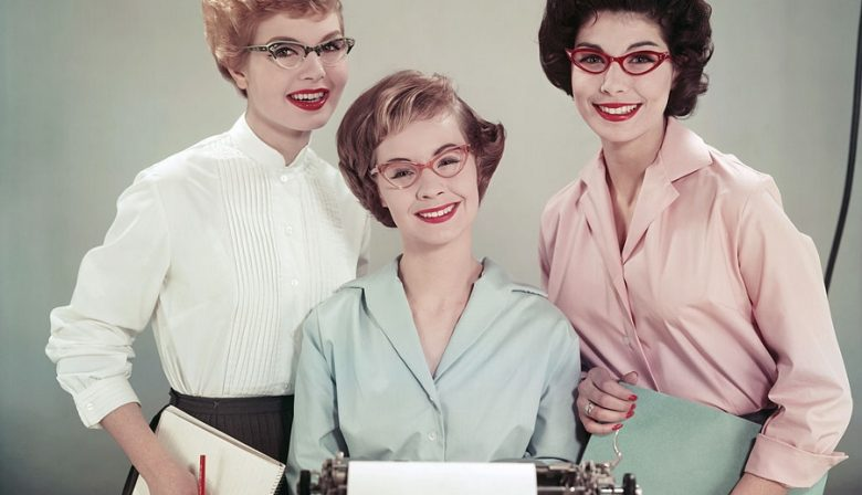 Het is voor managers belangrijk om professionaliteit uit te stralen. Uiteraard geldt dit ook voor vrouwelijke managers. Ieder bedrijf hanteert zijn eigen kledingvoorschriften. Over het algemeen hebben vrouwen hierbij meer vrijheid en mogelijkheden dan mannen. Voor een professionele look kunnen vrouwen kiezen voor broeken, jurken en rokken. Daarnaast zijn er voor vrouwen meerdere manieren om de zakelijke look compleet te maken. De juiste outfit Een professionele outfit samenstellen is erg eenvoudig. Voor een basic outfit kun je kiezen voor een nette zwarte broek en een mooie blouse. Wil je een meer vrouwelijke look? Kies dan voor een net jurkje, bij voorkeur een model met korte mouwen. Hiermee creëer je een moderne look. Zorg er wel voor dat de jurk minimaal tot op je knieën valt. Een zakelijke outfit mag namelijk niet te uitdagend zijn. Een andere populaire combinatie is een rok met een nette blouse. Let op de pasvorm Bij zakelijke kleding is het belangrijk om te letten op de pasvorm. Je professionele imago gaat al snel verloren wanneer je bijvoorbeeld een te strakke jurk, of een te grote pantalon draagt. Let er bij een jurk dus vooral op dat deze niet te strak zit. Je wil je rondingen niet te veel accentueren op werk. En let daarnaast op een bescheiden decolleté. Bij het passen van een blouse kun je kijken naar de lengte van de mouwen en naar de borstomvang. Zorg bij een formele blouse voor een mouwlengte tot aan je polsen. Daarnaast moet er bij een blouse overal ongeveer één centimeter ruimte over zijn. Veel vrouwen kiezen voor een blouse die (te) strak zit bij de borsten. Ga je liever voor strakkere kleding? Compenseer dan een strak kledingstuk dan met een item dat wat wijder valt. Denk bijvoorbeeld aan een strakke rok en een blouse met een wijdere pasvorm. Hierdoor krijg je een zakelijke look met een speelse touch. Let op de kleur Kleuren zijn een belangrijk onderdeel van je outfit en je imago. Iedereen maakt onbewust associaties bij bepaalde kleuren. Kies bij e