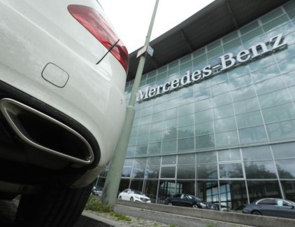 1. Duitse media: Mercedes zou tussen 2008 en 2016 geknoeid hebben met uitstootwaarden Een paar weken geleden deed de Duitse justitie invallen bij Daimler, het moederbedrijf van Mercedes. Er werd al vollop gespeculeerd dat het zou gaan om een onderzoek naar het gebruik van sjoemelsoftware om de werkelijke uitstootwaarden van de motoren te verhullen. Een aantal Duitse media, waaronder de Süddeutsche Zeitung, zeggen nu documenten in handen te hebben waar de autobouwer wordt beschuldigd van het feit tussen 2008 en 2016 sjoemelsoftware te hebben geïnstalleerd. Na Volkswagen zou nu dus ook een ander groot Duits autoconcern in opspraak komen. Het kan ook nog geld gaan kosten, want de software zou ook zijn ingezet in de VS. Volkswagen betaalde in Amerika uiteindelijk miljarden aan schadevergoedingen en boetes vanwage het 'Abgasschandal'. 2. Nieuwe iPhone 8 maakt 86-jarige Taiwanees miljardair De nieuwe iPhone is nog niet eens gepresenteerd, maar de smartphone heeft de 86-jarige Morris Chang miljardair gemaakt. Chang is namelijk de oprichter en president-commissaris van chipmaker TSMC. De koers van dat bedrijf is sinds bekend werd dat het onderdelen voor de nieuwe iPhone zou gaan maken met 27 procent gestegen. Die koersstijging maakt Chang, die o,5 procent van het bedrijf bezit, miljardair. Dat meldt Bloomberg donderdag. 3. 'Philip Morris probeert antirookbeleid Wereldgezondheidsorganisatie te ondermijnen' Philips Morris probeert met een zeer actieve lobby-campagne de pogingen van de Wereldgezondheidsorganisatie het roken terug te dringen tegen te houden. Dat meldt Reuters die een hele trits aan documenten over de lobby-activiteiten openbaar heeft gemaakt. Zo probeert de tabaksfabrikant ervoor te zorgen dat er meer vertegenwoordigers van bijvoorbeeld handelsministeries naar de internationale conferenties komen, in plaats van die van een ministerie voor gezondheid. In de documenten spreekt Philips Morris over zijn tegenstanders als 'anti-rook extremisten'. 4. In Rusland is he