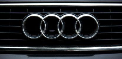 Bram Schot houdt van auto's. Hij startte zijn carrière bij DaimlerChrysler Nederland, waar hij opklom tot CEO in 2003. Na drie jaar stapte hij over naar dezelfde functie bij DaimlerChrysler Italië, waar hij de eerste niet-Duitse CEO was. Ook hier bleef hij drie jaar zitten. Volkswagen Sinds 2011 werkt Schot in een managementfunctie voor de bestelwagendivisie van Volkswagen. In een interview met TTM zei Schot over de nieuwe automodellen: 'Wat betreft design evolutie, geen revolutie.' Hiermee doelde hij op het lichtelijk vernieuwde uiterlijk van de auto's, maar de wezenlijke verschillen zaten in de nieuwe onderdelen. Hij gelooft in hard werken, niet alleen als de cijfers minder goed zijn. Maar juist als de cijfers goed zijn. 'Leider blijven is niet makkelijk. Je houdt je klanten alleen tevreden met heel goede auto's. Hard werken, niet achterover leunen.' Daarnaast was hij bij de bestelwagendivisie veel bezig met het elektrisch maken van de busjes. Nieuwe directie Schot wordt nu binnengehaald bij de dochteronderneming van Volkswagen, Audi. Daar gaat hij vanaf 1 september aan de slag als de nieuwe marketing- en verkoopdirecteur. Vier van de totaal zeven bestuursleden van Audi worden vervangen, waaronder het personeelshoofd, de productiechef en de CFO. Dat zou komen door de slechte prestaties van afgelopen tijd. Nieuwe bestuursleden waarmee Schot gaat samenwerken zijn Alexander Seitz, Wendelin Göbel en Peter Kössler. Schandalen Matthias Muller, topman van Volkswagen, benadrukte de moeilijke periode van Audi en wil dat de nieuwe bestuursleden gaan werken aan digitalisering en de mobiliteitsdiensten. Muller spreekt niet over het dieselschandaal of de kartelvorming waarbij Audi vermoedelijk betrokken was, maar dit had wel effect op de cijfers en de reputatie van het autoconcern. Naar de betrokkenheid van Audi bij de kartelvorming loopt momenteel nog een onderzoek door de Europese Commissie.