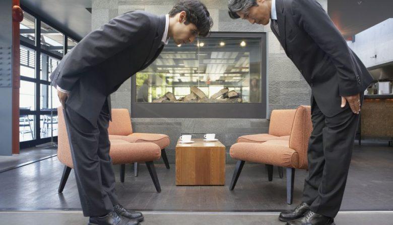 Kennen we de meeste valkuilen niet al wel? 'Dat is een van de valkuilen. We denken dat we heel goed weten hoe we internationaal samen moeten werken, juist omdat we het veel meer doen. Maar ik zie dat er in de praktijk nog heel veel misgaat. Misschien wel omdat we een beetje laks worden. En wat wij belangrijk vinden is dat echt samenwerken meer is dan een paar snelle trucjes, het gaat erom dat je elkaar beter leert begrijpen. Bijvoorbeeld, we weten dat we in Japan een visitekaartje met twee handen aan moeten pakken. Maar het gaat er juist om wat erachter zit. Het visitekaartje is in Japan een teken van respect. Als je het met twee handen aanpakt en dan in je achterzak steekt of er iets op schrijft ga je alsnog de mist in.' Welke fouten maken we? 'Op het gebied van communicatie staan Nederlanders erom bekend dat ze direct zijn. Dat weten we ook. Maar desondanks wordt er in de praktijk nog veel geklaagd over de Nederlandse manier van communiceren. 'Mensen vinden vooral de manier waarop negatieve dingen gezegd worden vaak te direct. Ze voelen zich dan persoonlijk beledigd'. Op het gebied van leiderschap geldt dan weer het tegenovergestelde. De Nederlandse stijl van leidinggeven is heel egalitair. In een internationale omgeving zijn ze dat niet gewend. Daar verwachten veel mensen sterk leiderschap. Het komt heel vaak voor dat een manager die het in het Nederland erg goed doet, in het buitenland totaal niet uit de verf komt.' Kan iets waar we zelf heel trots op zijn, ook negatief uitpakken? 'Kijk bijvoorbeeld naar tijdsbeleving. Nederlanders zijn niet zo erg als Duitsers, maar we zijn wel punctueel. Daar word je pas mee geconfronteerd als je in een intercultureel team werkt. In andere culturen hebben ze een veel flexibeler beeld van tijd. Dingen kunnen naast elkaar plaatsvinden. Als je dan als manager heel erg op de klok kijkt, wordt dat als zwakte gezien.' Hoe moeten we daarmee omgaan? 'Het is belangrijk om als je in een situatie belandt waarbij je niet het gewenste resu