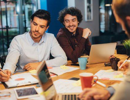Samenwerken in documenten en bestanden kunnen delen past goed in de agile scrum manier van werken, stelt Bert Hendriks. Hij is Chief Customer Officer en Partner bij Decos, een organisatie die onder meer documentmanagement software maakt. 'Het is handig om de gedachten van verschillende personen over een onderwerp bij elkaar te brengen. Daarvoor is het nodig om input van meerdere mensen op te nemen in een document.' Deze manier van werken stelt het team centraal, in plaats van het individu. Het grote voordeel van het delen van bestanden is dat het team verder kan werken aan de gestelde doelen als er een teamlid ziek wordt of op vakantie gaat. 'De continuïteit en creativiteit verbetert enorm.' Volledig digitaal Bij Decos bijvoorbeeld wordt door meerdere mensen gelijktijdig aan tenders gewerkt. Grote documenten waar veel verschillende input voor nodig is. Een ander moment waar meerdere mensen tegelijk in een document samenwerken is tijdens vergaderingen bij het bedrijf. 'Wij zijn een volledig papierloos bedrijf, dus alle informatie voor een vergadering wordt digitaal bij elkaar gebracht. Iedereen kan van tevoren input of notities aan de vergadering hangen.' Bovendien kan er tijdens de vergadering zelf gelijktijdig input worden gegeven op de notulen. Daarvoor gebruikt het bedrijf zijn eigen tool GetMinute. 'Op het moment dat ik in die notulen aan het typen ben, is dat stuk tekst geblokkeerd. Pas als ik dat vrijgeef, kan een collega aan dat stuk toevoegen.' Technisch onmogelijk Er zijn nog meer tools die het bedrijf gebruikt, bijvoorbeeld Join (eveneens een eigen product, dat digitaal samenwerken mogelijk maakt). Waar in de notulentool de tekst daadwerkelijk geblokkeerd wordt op het moment van bewerken, is dat bij veel andere samenwerkingstools niet het geval. Veel mensen herkennen het moment waarop je iets wilt toevoegen in een document terwijl daar op dat moment een collega in aan het werk is. Een waarschuwing van de tool volgt dan. Het document moet eerst worden vrijg