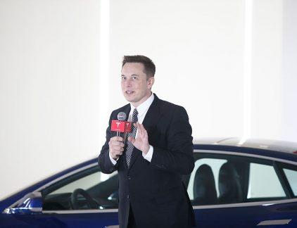 Elon Reeve Musk (45) staat bekend als een van de grootste ondernemers van deze tijd en is 21 miljard dollar waard. Hij streeft een duurzame wereld na door middel van zijn bedrijven Tesla en SolarCity. Musk heeft daarnaast ook een andere kant, die van miljardair en playboy. Hij woont in een villa in de luxe wijk Bel Air, in Los Angeles en wordt graag op de foto gezet in dure pakken en hypermoderne auto's. Verenigde Staten Musk komt oorspronkelijk uit Zuid-Afrika, waar hij ook opgroeide. Hij is de zoon van een Canadees model en een Zuid-Afrikaanse ingenieur. Zijn ouders scheidden toen hij nog jong was en hij verhuisde op zijn zeventiende naar het geboorteland van zijn moeder: Canada. Niet veel later verhuisde hij opnieuw, om te gaan studeren in de Verenigde Staten. Hij studeerde onder meer natuurkunde en economie aan de Queen's University en aan de University of Pennsylvania. Hij werd toegelaten aan de prestigieuze Standford University, maar stopte nog voor hij begonnen was. Hij wilde zich storten op het ondernemerschap. SpaceX, Tesla en SolarCity Sindsdien heeft hij veel verschillende bedrijven opgericht, van de voorloper van PayPal (X.com) tot giganten als de duurzame energieproducent SolarCity en ruimtevaartbedrijf SpaceX. Hij raakte ook al vroeg betrokken bij autofabrikant Tesla, waar hij al zijn eigen geld in stak. Destijds bezat hij ruim 150 miljoen dollar, van de verkoop van X.com en zijn eerste internetbedrijf Zip2. Tijdens de financiële crisis van 2008 besloot Musk dat het tijd was om aan het roer te gaan staan van Tesla en zich meer te bemoeien met de dagelijkse gang van zaken. Ervoor was hij minder betrokken en vooral geïnteresseerd in het design en de ontwikkeling van nieuwe Tesla-modellen.  Zijn bemoeienis leek te werken. Tesla ontwikkelde een aantal elektrische auto's, die vanwege het sportieve design goed werden ontvangen in de markt. Het ging ook SpaceX voor de wind, nadat het bedrijf drie mislukte raketten lanceerde en Musk bijna al zijn geld kwijtraa
