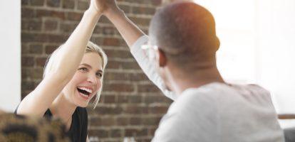 Veel samenzijn met je collega's kan gemakkelijk overgaan in vriendschap. Maar hoe zorg je ervoor dat de werk/privé balans goed blijft? Je brengt vaak meer tijd met ze door dan met je vrienden en familie. Niet gek dus dat er tussen mensen op de werkvloer warme vriendschappen kunnen ontstaan, die veel verder gaan dan het dagelijkse praatje bij de koffieautomaat. Maar hoe waarborg je zo'n vriendschap en zorg je ervoor dat het het werk niet in de weg staat? Volgens Thimo Kooiman van coachingsbureau Gezonde Werkrelatie draait het allemaal om het maken van afspraken. 'Hoe leuk een vriendschap ook kan zijn, op de werkvloer zul je je ook professioneel op moeten stellen. Hoe zorg je ervoor dat het niet té gezellig wordt? Vooral als je eerst collega's bent en dat zich ontwikkelt tot een vriendschap, zul je met elkaar moeten bespreken wat voor jullie oké voelt.' Bij Harrison van der Vliet (30) van NRC was het precies andersom. 'Voordat ik chef werd van de multimedia-redactie, was ik al bevriend met de mensen op de redactie. Ineens stond ik toen boven ze.' Wennen was het wel even, maar door de professionaliteit van hem en zijn vrienden was zijn rol als manager nooit een probleem. 'Iedereen begreep dat de verhoudingen op de werkvloer anders waren, maar daarbuiten bleven we gewoon dezelfde vriendschap houden.' Verantwoordelijkheid Een strenge chef is Van der Vliet nooit geweest. 'Ik ga ervanuit dat iedereen het leuk vindt om hier te werken en ik ga niet als een politieagent regels opstellen en kijken of die nageleefd worden. Ik denk dat ik daardoor ook toegankelijker ben naar mijn collega's toe, wat de vriendschap ten goede komt.' Van der Vliet kan zich ook wel voorstellen dat het aan de branche ligt. 'In de journalistiek gaan we sowieso vrij los met elkaar om, er is weinig hiërarchie. Ik kan me voorstellen dat je binnen een bank of beursgenoteerd bedrijf niet zo snel je manager uitnodigt bij een borrel of verjaardag.' Maar het is niet alleen maar gezelligheid wat de klok slaat o