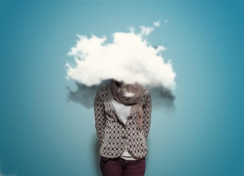 In een meeting geldt vaak het recht van de sterkste. Wie het hardst schreeuwt, krijgt de meeste aandacht. En ook de rest van het kantoorleven is vooral ingericht op extraverte mensen. Flexwerkplekken, drukke lokalen en kantoortuinen dragen niet bij aan het stimuleren van introverten in hun werk. En dat terwijl een derde tot de helft van de mensen introvert is, terwijl de samenleving vooral is ingericht op extraverte mensen, zegt Susan Caine in haar TED-talk over introversie die miljoenen keren bekeken is. En dat terwijl introverten een substantiële bijdrage kunnen leveren op de werkvloer: ze nemen meer tijd om tot een overweging te komen, bekijken dingen vanuit een andere hoek dan extraverten en zijn meer doordacht. Volgens onderzoek van Adam Grant van de Amerikaanse Wharton School zijn ze zelfs betere leiders dan extraverte types, omdat ze meer ruimte laten aan medewerkers om hun eigen ideeën te ontwikkelen. Doelen Maar wat kunnen managers - introvert of extravert - doen om zowel de extraverten als de introverte mensen in hun team te laten floreren? Volgens Linda van der Wal, coach en schrijfster van het boek Kantoorgeheimen, is het vooral de kunst om te luisteren - een onderschatte eigenschap die vaak toebedeeld wordt aan introverte mensen. 'Terwijl iedere leider er goed aan doet om te weten wat de doelen en drijfveren van zijn personeel zijn.' Die kunnen nogal uiteen lopen en hangen lang niet altijd samen met het karakter. Wel is het volgens Van der Wal van belang om in het oog te houden dat het aan het karakter van medewerkers ligt hoe deze doelen worden ingevuld. 'Introverten zullen wat meer bedachtzaam en individualistischer naar hun doelen toewerken, terwijl extraverten een stuk directer zullen zijn.' Als voorbeeld geeft ze een meeting. 'Heb je veel introverte mensen in je team, organiseer niet altijd een grote meeting, maar vraag input via de mail of laat iedereen afzonderlijk brainstormen.' Extraverte wereld Aan de manager niet alleen de taak iedereen te be