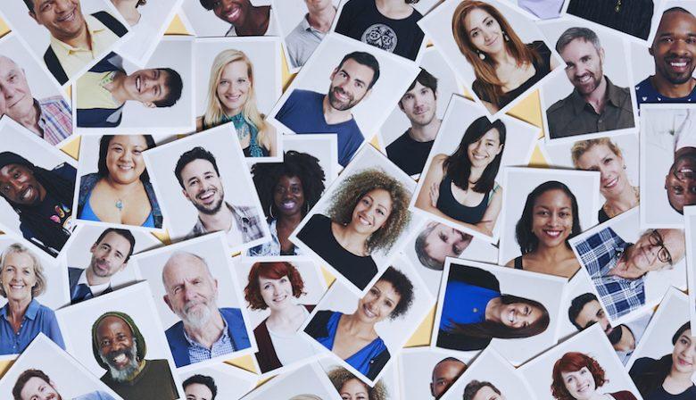 Nederland heeft nog een lange weg te gaan als het gaat om diversiteit.Vrouwen komen weinig voor in de top van het bedrijfsleven, krijgen minder carrièrekansen en worden slechter betaald. Ook is er een verschil van perspectief tussen mannen en vrouwen: mannen lijken de stand van zaken een stuk minder zorgelijk te vinden. Ook ten aanzien van de inclusie van minderheidsgroeperingen moet er nog veel gebeuren. Zo blijkt uit onderzoek van recruitmentspecialist Hays. Toch heeft het merendeel van de bedrijven in Nederland een diversiteitsbeleid.Op de website staat dan trots iets over diversiteit en inclusiviteit, gelijke kansen en nog veel meer. Eigen clubjes In praktijk betekent dat dat vrouwen, vrouwen met een niet-westerse achtergrond, mannen met een niet-westerse achtergrond, gays, mensen met een arbeidsbeperking, jonge mensen, oudere werknemers, mensen met een hond, en ga zo maar door een eigen clubje hebben waarmee en waarvoor activiteiten worden georganiseerd. Doel is om deze minderheden zich welkom te laten voelen in het bedrijf. De boodschap is, jullie zijn welkom. Op deze manier wil het bedrijf meer minderheden het voor het overgrote deel witte mannelijke bolwerk binnenlaten. Witte oude man Vraag is hoe deze clubjes bijdragen aan de toename van de diversiteit binnen het bedrijf. Natuurlijk is het fijn om samen met andere jonge mensen te klagen over de ouderwetse cultuur binnen het bedrijf of om samen met alle vrouwen te borrelen en te horen dat je niet de enige bent die in meetings wordt geacht koffie te halen. Maar het probleem van dergelijke teams is dat ze niet inclusief zijn naar de meerderheid van het bedrijf, de witte oude man. Die wordt buitengesloten. Alsof hij het niet belangrijk vindt dat er meer vrouwen, jonge mensen, mensen met een niet-westerse achtergrond rondlopen. Door de meerderheid buiten te sluiten van een diversiteitsprogramma creëer je weinig draagvlak binnen een organisatie. En daarbij maak je het onderscheid vooral groter in plaats van klein