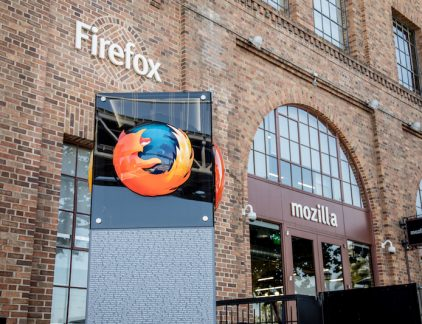 Toen Chris Beard in 2014 aangesteld werd bij Mozilla, betekende dat het einde van een managementstorm. Voorganger Brendan Eich werkte minder dan twee weken als CEO toen hij het veld moest ruimen vanwege zijn opvattingen rondom het homohuwelijk. Zijn financiële steun aan een politieke campagne tegen het homohuwelijk zorgde voor een storm aan kritiek bij gebruikers en het bedrijf. Nadat Eich CEO werd, stapte drie van de zes bestuursleden van de browsermaker op. Voordat hij aantrad als CEO was Beard al werkzaam bij Mozilla, onder andere als CMO. Na een klein uitstapje als durfkapitalist bij het Amerikaanse Greylock Partners keerde hij voor de CEO functie terug op het nest. Eich lijkt na dit incident misschien makkelijk te vervangen, maar niets is minder waar. Als oprichter van Mozilla en uitvinder van het Javascript (de computertaal die gebruikt wordt om webpagina's interactief te maken) heeft Eich veel betekend voor het internet zoals het er vandaag de dag uitziet. Les Beard heeft als leider in ieder geval geleerd van het voorval van zijn voorganger. Toen medewerkster Christie Koehler in 2015 op Twitter klaagde over diversiteit op de werkvloer, kreeg zij van een anonieme gebruiker van Reddit een bak ellende over zich heen. De Reddit-gebruiker schreef onder andere dat de techindustrie blij zou zijn als 'zij en de rest van haar blauw-harige feministen met neuspiercings' weg ging. Beard gaf met harde woorden aan dat hij niet gediend was van dit soort taal. 'Kom ik erachter dat dit een medewerker is, dan kan hij op ontslag rekenen.' Marktaandeel Beard staat voor een groot aantal uitdagingen: webbrowser Firefox - het bekendste onderdeel van Mozilla - heeft de strijd in het veld van webbrowsers lange tijd geleden al verloren. Marktaandeel wordt verloren aan Chrome van Google en Apples Safari: in de laatste peilingen had Firefox slechts een aandeel van 9,76 procent tegenover 42 procent van Google Chrome. Vooral mobiel scoort Firefox nagenoeg niet, ondanks een poging om een m