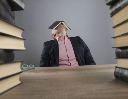 Van Bob Aan John Onderwerp Managementboeken Beste John, Vanochtend in het managementteam hadden we het erover dat het wel eens goed zou zijn als wij eens een paar actuele managementboeken zouden lezen, zeg maar: ter verrijking. Toen kwam jouw naam op. Er wordt gezegd dat jij die boeken werkelijk verslindt. Grappig, dat verwacht je niet echt van een Assistant Facility Manager. Klopt het? En vooral: heb je tips? Bob Beste Bob, Wat een goed idee van jullie! En ja, het klopt: ik ben helemaal verslaafd aan die boeken, ook al ben ik dan Assistant Facility Manager, want ook bij mijn takenpakket komt véél meer kijken dan checken of alle lampen nog werken en of er geen wc's zijn overstroomd. Juist ook in die taken pas ik lessen uit die boeken toe, zoals de implementatie van sustainable development goals en operational excellence evenals, natuurlijk, af en toe je box, je comfortzone verlaten en eens lekker de mind laten flowen. Kennen jullie het boek Waarde propositie ontwerp? Echt een must! Het gaat uit van het Waardepropositie Canvas Model en is geïntegreerd in het Businessmodel Canvas en de Environment Map zodat intrinsieke waardeproposities zichtbaar en tastbaar worden gemaakt waarna ze kunnen worden doorontwikkeld, niet alleen binnen, maar vooral dóór de organisatie. Sorry hoor, ik word er wat opgewonden van. John Veraart Assistant Facility Manager John, Klinkt goed, hoor, erg goed. Maar ook wel wat abstract. Onze MT-leden zijn toch erg praktijkgericht, pragmatisch. Ken je geen titels die daar wat meer op inspringen? Bob Bob, Wat dacht je van Cirkel van verandering? Ik werd er zelf helemaal stil van. Het gaat over het 'rond maken' van de zelfsturing binnen organisaties aan de hand van zeven stuurmechanismes die samen de holistische cirkel vormen. Heel herkenbaar. En meeslepend geschreven. Ook een aanrader: Business spiritualiteit van de grote denker Paul de Blot. Succesvol leiderschap gaat hierbij uit van een dieper bewust zelfleiderschap via spirituele sturingsmechanism