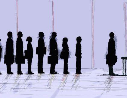 Mensen hebben binnen een halve minuut al een eerste indruk van je. Naast dat je die zelf lichtelijk kunt beïnvloeden met je kleding, houding en gezichtsuitdrukking, is die eerste indruk voornamelijk afhankelijk van de ontvangende partij. Zorgen dat je goed overkomt is in veel situaties belangrijk, zo schrijft Roos Vonk in haar boek 'De eerste indruk' (herziene versie). Denk aan een eerste date, een zakelijke afspraak of als je ergens op gesprek gaat voor een nieuwe baan. Iedereen wil een goede eerste indruk maken. Beinvloeden Handig is om te bedenken dat recruiters ook maar mensen zijn. Als je weet hoe het beïnvloedingsproces werkt, kun je dat in je voordeel uit laten pakken. Het eerste element in een sollicitatieprocedure is het cv en de motivatiebrief. Vermijd clichés zoals 'Ik ben toe aan een nieuwe uitdaging' of 'Mijn passie is'. Daarmee beïnvloed je de lezer negatief. Toch blijkt uit onderzoek wel dat het belangrijk is om jezelf te verkopen in je brief, je moet alleen goed letten op de woorden die je gebruikt. Drie dingen waarop je kunt inspelen: je goede eigenschappen aandikken, instemmen met de mening van de organisatie en het prijzen van de organisatie waar je hoopt te gaan werken. Alle drie is niet nodig, maar gebruik je een van deze elementen, dan vergroot dit je kans op succes. Mooie mensen scoren beter Dat mooie mensen over het algemeen beter beoordeeld worden, is bekend. Maar uit onderzoek blijkt dat juist vrouwen gevoeliger zijn voor mannelijk schoon, terwijl meestal wordt aangenomen dat juist mannen hier gevoeliger voor zijn. Mooie mensen worden gezien als socialer en intelligenter, terwijl dat helemaal niet zo hoeft te zijn. Voor vrouwen in managementfuncties geldt dit weer niet. Ben je mooi? Dan wordt sneller aangenomen dat je ook zachtaardig en sociaal bent, kwaliteiten die niet echt als broodnodig worden gezien in de top van het bedrijfsleven. Je mag ook niet te onaantrekkelijk zijn, dan wordt je gezien als te mannelijk. De balans is moeilijk te v