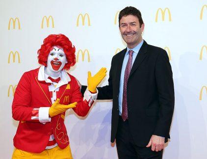 Hij werd geroemd bij McDonalds' vanwege zijn risicovolle beslissingen. Ondernemerschap en lef typeren Steve Easterbrook als leider. De Brit kent een carrière bij McDonald's van ruim twintig jaar. Hij startte bij de keten in 1993 als manager in Londen, werd later hoofd van McDonald's UK en deed nog een stapje omhoog toen hij president werd van McDonald's in Europa. Hij ruilde de hamburgers om voor pizza en Aziatische lekkernijen toen hij een positie als CEO aangeboden kreeg bij het Britse PizzaExpress en later Wagamama. Externe ervaring Die functies kon hij nog vanuit Londen doen, maar dat veranderde echter toen hij besloot terug te gaan naar McDonald's. Uiteindelijk verhuisde het hele gezin van Londen naar Illinois in Amerika. Easterbrook ging aan de slag als Chief Brand Officer, dat totaal afwijkt van zijn afgeronde studie accountancy. Hij leek vastbesloten om zijn ervaring buiten het bedrijf ten goede te gebruiken, want niet lang na zijn terugkeer werd hij verkozen tot de nieuwe CEO. Hij volgde daarmee Don Thompson op, die naar verluid werd weggestuurd vanwege tegenvallende resultaten. Thompson werkte ruim 25 jaar voor de hamburgergigant. Leiderschapsstijl Als CEO brak Easterbrooks leiderschapsperiode pas echt aan. Hij is niet bang om zijn handen vuil te maken. Slimme investeringen en mensen motiveren kan hij als geen ander. Doordat franchise-ondernemers van McDonald's het gevoel hebben dat Easterbrook ze steunt, voelen ze zich gemotiveerder en dat is terug te zien in de cijfers, stelt CNBC in een video. Ook weet Easterbrook klanten weer aan McDonald's te binden. Daar wordt hij ook uitmuntend voor gecompenseerd. In 2016 verdiende Easterbrook ruim 15 miljoen dollar, bestaande uit aandelen, salaris en bonussen. Aan de hamburgers In ieder geval drie van die klanten zijn familie van Easterbrook, zijn kinderen komen namelijk zo'n drie keer per maand bij McDonald's eten. De CEO stelt in een interview met The Independent dat de kinderen elke keer weer verbaasd zijn als z