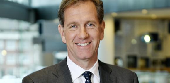 De Rabobank profiteert flink van de economische groei in heel Nederland. In het eerste half jaar boekte de bank een nettowinst van 1,5 miljard euro, ruim 50 procent meer dan een jaar geleden. Wie is CEO Wiebe Draijer? Wiebe Draijer heeft een indrukwekkend cv als hij in oktober 2014 aantreedt als CEO van de Rabobank. Twee jaar was hij de voorzitter en kroonlid van de Sociaal Economische Raad (SER), daarvoor directeur Benelux bij McKinsey. Opvallend: na een studie werktuigbouwkunde aan de TU Delft koos hij eerst voor de journalistiek, waarbij hij in de jaren 80 onder andere freelancer was voor NRC. Bij al zijn banen staat Draijer er bekend om het grote belang na te streven. 'De economische vitaliteit van ons land gaat me aan het hart en dus probeer ik daar tijd voor te maken. Ik zou willen investeren in ondernemerschap. De nieuwe generatie stimuleren dat mooi te vinden,' aldus Draijer in het FD. Voor hem komt bij Rabobank naar eigen zeggen alles samen. 'Het is een manifeste speler in de Nederlandse economie, die 45% van ondernemend Nederland van krediet voorziet. Maar het wil meer zijn dan een bank. Het wil een maatschappelijke onderneming zijn.' Leiding geven werd hem met de paplepel ingegoten: zijn vader was als rector magnificus actief betrokken bij de grondlegging van D66. 'Er was de impliciete verwachting dat ik een bijdrage zou leveren aan de verbetering van de maatschappij.' Ondanks dat bankier daar wellicht niet het juiste beroep voor lijkt, besluit Draijer de overstap naar Rabobank toch te maken. Hij heeft dan geen ervaring als bankier. 'Met ongeveer vijftig mensen heb ik gesprekken gevoerd over de opdracht en met de vraag 'zien jullie het zitten? Heb ik jullie vertrouwen?'. Pas toen heb ik ja gezegd.' Dat vertrouwen werd begin dit jaar in twijfel getrokken door een intern rapport van de bank, waarin werknemers klaagden over het gebrek aan richting en koers van de bank. Een andere veelgehoorde klacht is dat werknemers weinig ruimte voelen om zelf beslissingen