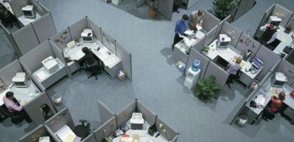 De cubicle is een icoon uit de jaren zeventig en tachtig. Je ziet hem vaak voorbijkomen in films uit, of over de jaren zeventig en tachtig. Een zaal vol kleine bureautjes met systeemwandjes. Een bijenkorf voor bureaucraten waarbij elke werkbij over zijn eigen celletje beschikt. Het is een symbool geworden van het ouderwetse muffe kantoor en dus ook van het pre-digitale tijdperk. Een plek waar anonieme loonslaven de hele dag eentonig werk verrichten. De Bijenkorf is niet agile genoeg voor de flexibele bedrijven van vandaag waar teams van professionals in wisselende samenstelling de godganse dag bijeenkomen. Nee, tegenwoordig werken we liever met flexplekken. En als je een keertje in alle rust wil werken, dan zijn (te weinig) stilteplekken. We zijn kantoornomaden geworden. Cubicle als territorium Ik ben echter stikjaloers op mensen – die je nog steeds voornamelijk in Amerika vindt – die mogen werken in zo'n fantastische cubicle. Het lijkt mij namelijk heerlijk. Ten eerste heb je een eigen plek, een territorium met je eigen zooi, je eigen spullen. Dat scheelt ook nog een slepen. Maar veel belangrijker is de fysieke afscheiding zelf. Collega's lopen niet zomaar het territorium van een ander in. Laat in de middag wordt een schending van het territorium gemakkelijker getolereerd dan in de ochtend. Dat voelen mensen instinctief wel aan. Maar in de kantoortuin waartoe de meesten van ons zijn veroordeeld, inclusief ondergetekende is er geen enkele reden om je collega niet uit zijn concentratie te laten. Bij de eerste de beste ingeving waarvoor we ene collega nodig hebben, snellen we naar zijn bureau en halen hem uit zijn concentratie. Want wat jij aan het doen bent, is altijd belangrijker dan waar hij mee bezig is. Ik geeft toe, ik doe het zelf ook. Fysieke barrières zijn harder nodig dan ooit Het gevolg is dat mijn dag en die van mijn collega's uiteenvalt in hele kleine korte stukjes, waardoor we heel erg inefficiënt gaan werken. Dat heb ik niet verzonnen, daar is heel veel