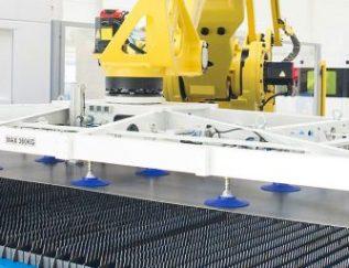 CEO: Carel van Sorgen Plaats: Varsseveld Omzet 2016: 38miljoen euro Gemiddelde groei (2012-2016):22,8% Gemiddelde EBIT (2012-2016):9,4% FTE: 148 Je bedrijf op een radicale manier opnieuw uitvinden:247TailorSteeldeed het. En met succes: 8 jaar na de oprichting is het staalbedrijf een van de voorlopers op het gebied van Smart Industry. Lasersnijden is binnen de metaalverwerkende industrie een geijkte methode om materialen als staal, koper, messing en aluminium met een zeer geconcentreerde lichtbundel snel en nauwkeurig op maat te maken. Het is ook de 'core business' van 247TailorSteel, dat in Varsseveld de meest geavanceerde lasers tot zijn beschikking heeft. Metaalbedrijven kunnen hier terecht voor perfect op maat gesneden buizen en platen.