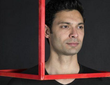 Ali Niknam doet wat denken aan Facebook-topman Mark Zuckerberg en is ook van dezelfde leeftijd. Interviews geeft hij in een simpel T-shirt en spijkerbroek en de informele sfeer die we van Zuckerberg gewend zijn. Niknam is de jonge ondernemer achter TransIP, dat hij in 2003 oprichtte. Niknam werd geboren in Canada uit Iraanse ouders. Nadat hij een paar jaar in Iran heeft gewoond, emigreerde Niknam naar Nederland om zijn opleiding Informatica te gaan volgen. TransIP Als techneut (hij studeerde informatica aan de Technische Universiteit Delft) startte hij zijn eigen techbedrijf TransIP, waarmee domeinnamen van website geregisteerd kunnen worden. Het bedrijf groeide binnen veertien jaar uit tot een miljoenenbedrijf (25 miljoen) met zo'n 100 medewerkers. Niknam stond aan het hoofd van het bedrijf tot 2016, toen hij de aandelen grotendeels verkocht aan de Zweedse investeerder EQT. Hij schreef in 2011 een boek over zijn succes met TransIP: Ondernemers hebben nooit geluk. Daarin beschrijft hij zijn successen, maar ook fouten als ondernemer en is hij openhartig over de obstakels die hij onderweg tegenkwam. Bunq Met TransIP meer op de achtergrond, startte Niknam de online bank Bunq in 2012. Hij kreeg de bankvergunning in 2014, omdat TransIP garant kon staan voor de benodigde 17 miljoen euro. Sindsdien verscheen hij veel in de media om bekendheid te geven aan de app, waarmee je eenvoudig rekeningen kunt betalen en delen met anderen. Daarnaast heeft het extra functies, zoals het sturen van foto's en emoticons. 'Vergelijk het met WhatsApp', zegt Niknam aan tafel van De Wereld Draait Door. 'Dat gebruik je ook naast SMS, omdat het meer functies heeft. Dat doet Bunq ook. Je kunt het naast je eigen bank gebruiken, maar ook als je standaard bank.' Leiderschap Niknam omschrijft zichzelf als een perfectionist. 'Ik ben altijd op zoek naar verbetering en heb ook een krankzinnige werkdrang.' Daar is een deel van zijn succes aan te wijten. 'Maar ik zie ook ondernemers met totaal andere kwa