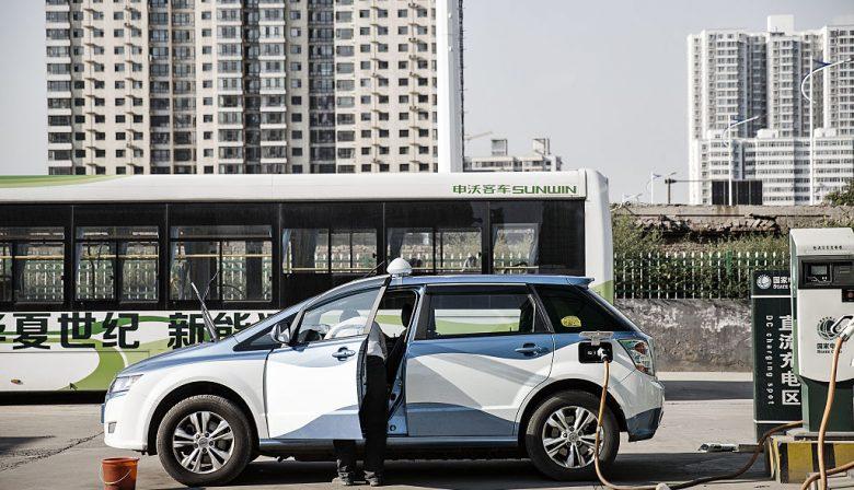 eldwijd werden er in 2016 95 miljoen auto's verkocht, waarvan slechts 1% elektrische of hybride auto's. Toch was datzelfde jaar een recordjaar voor de verkoop van elektrische voertuigen, vooral dankzij China. Volgens een rapport van het International Energy Agency (IEA) werden er toen wereldwijd meer dan 750.000 EV's verkocht, waavan 350.000, oftewel meer dan 40% in China. Dat is twee maal zoveel als in de Verenigde Staten. Van de 2 miljoen elektrische voertuigen die er wereldwijd op de markt zijn, rijden er 650.000 in China rond, wat ook al een record is en meer dan elk ander land ter wereld. Daarnaast telt China ook 200 miljoen elektrische tweewielers (die niet tot de cijfers van het IEA behoren), drie tot vier miljoen lagesnelheids EV's, en meer dan 300.000 elektrische bussen. En ondanks dat slechts 1,5% van de voertuigen op de Chinese straten elektrisch zijn, groeit de markt voor elektrische auto's jaarlijks met 50%. Beschermde markt China is ook de grootste producent van elektrische voertuigen. De markt is er nog altijd beschermend met als gevolg dat slechts 7% van verkochte EV's van buitenlandse maak is, het overgrote deel door Tesla. 93% van die elektrische voertuigen worden dus lokaal geproduceerd door Chinese merken waar de gemiddelde westerling nog nooit van gehoord heeft. BYD (Build Your Dream) is waarschijnlijk het bekendste. BYD is niet alleen het bedrijf waarin Warren Buffett geïnvesteerd heeft, het is ook de grootste EV-producent ter wereld. Een ander bedrijf is de GAC Group (Guangzhou Automobile Group) die dit jaar gestart is met de bouw van een nieuwe EV-fabriek die 700 miljoen Amerikaanse dollar kost, en 200.000 elektrische auto's per jaar kan produceren. En Tesla's Elon Musk is dit jaar al een aantal keer in China geweest om gesprekken aan te knopen voor de bouw van een fabriek in China. Dat is voor Tesla immers de enige manier om de zware invoertaksen te vermijden, en op die manier een groter marktaandeel te verwerven in de groeiende Chinese mark