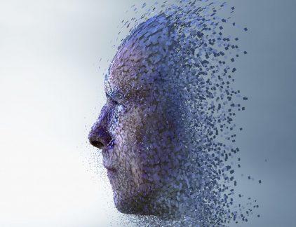 Artificial Intelligence (AI) kan de kosten van marktonderzoek enorm reduceren. Computers verwerken data en doen geautomatiseerde voorspellingen. 'We hebben bij Insites Consulting het experiment gedaan en in een community een bot de vragen laten stellen. De efficiëntie nam met 70 procent toe. Onder meer omdat we computers op basis van woordkeuze konden laten voorspellen of mensen nog verder zouden deelnemen. Daardoor was er minder verloop en dus meer participatie', zegt Niels Schillewaert, managing partner en co-founder bij InSites Consulting. 'Maar om bijvoorbeeld humor of ironie te interpreteren, om gedrag te verklaren en te begrijpen, hebben we mensen nodig. Mens en machine samen kunnen enorm efficiënt zijn: machines nemen de repititieve taken over en de mens krijgt ruimte om creatief bezig te zijn. Het ad hoc onderzoek in marketing verdwijnt, maar verklarend onderzoek zal belangrijker worden', aldus Schillewaert. Data rich, insight poor Door de digitalisering wordt marketing steeds meer datadriven. Facebook en Spotify zitten op een constante en omvangrijke datastroom. 'Als ze een nieuwe feature willen introduceren kunnen ze die heel snel gericht testen op een klein publiek en zien ze ook instant wat werkt en niet werkt. Die evolutie zal marktonderzoek en marketing zoals we het kenden definitief veranderen.' Organisaties hebben massa's interessante data voorhanden via hun eigen Facebookpagina en Google Analytics. Keerzijde van de medaille: marketeers hebben het idee dat ze alles weten en denken minder research nodig te hebben. Dat is een vals gevoel, waarschuwt Niels. 'De data die we online binnen krijgen is niet altijd even betrouwbaar én social is niet de hele wereld. We zijndata rich, maarinsight poor. De uitdaging zal zijn om de online en offline datastromen samen te brengen én daarmee de brug naar sales te slaan, door die data te koppelen aan koopgedrag.' Kwaliteit Een andere uitdaging is de kwaliteit van data. Er is veel data beschikbaar, maar ze is niet alt