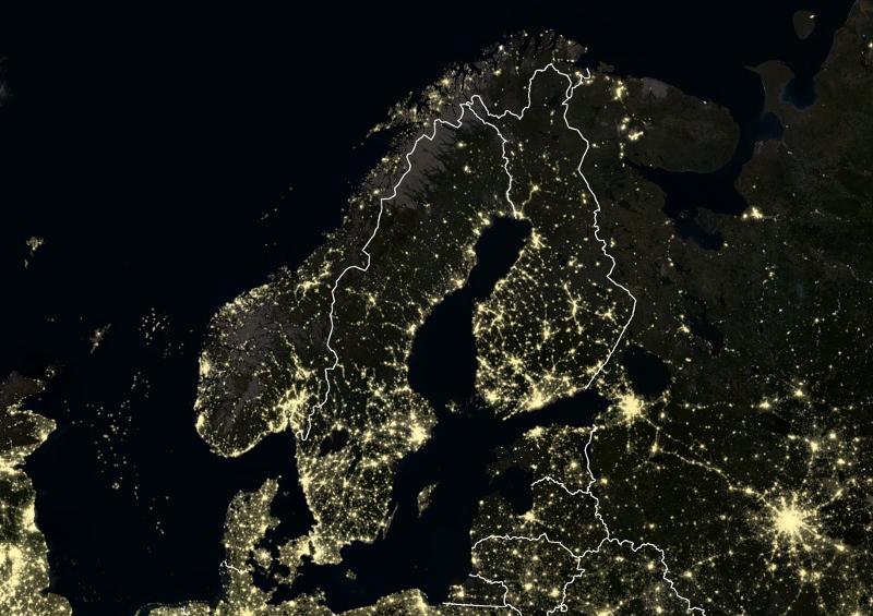 Net als vorig jaar doet Nederland het dit jaar weer erg goed op de lijst van concurrerende landen van het World Economic Forum (WEF). We hebben een sterke infrastructuur, goede zorg en een stabiele macro-economische omgeving. De Global Competitiveness Index van het WEF meet de concurrentiepositie van totaal 137 landen aan de hand van een aantal factoren. Daaronder vallen onder meer innovatie, werkgelegenheid, kwaliteit van het onderwijs en de ontwikkeling van de financiële markt. Nederland eindigde in de wereldranglijst op dezelfde plaats als vorig jaar, nummer vier. We vallen daarmee als land positief op, volgens professor Henk Volberda van de Erasmus Universiteit en kennispartner van het WEF. In het onderzoeksrapport schrijft hij: 'Het was exceptioneel dat Nederland vorig jaar een vierde positie innam van meeste concurrerende economieën. Nederland beschikt ook dit jaar weer over een sterke basis: een infrastructuur van wereldklasse (derde positie in de ranking), een goed functionerende overheid en instituties (vier posities gestegen naar de zevende plaats), een goed macro-economisch beleid met gezonde overheidsfinanciën (een stijging van acht posities naar veertiende plaats) en een kwalitatief hoogwaardige gezondheidszorg (vierde positie).' Top-10 De landen die het op wereldbasis nog beter doen dan Nederland, zijn respectievelijk Zwitserland, de Verenigde Staten en Singapore. Zwitserland stond vorig jaar ook op de eerste plek, maar werd toen gevolgd door Singapore. Dat land moest zijn tweede plek dit jaar afstaan aan de Verenigde Staten. Na Nederland wordt de top-10 aangevuld met respectievelijk: Duitsland, Hong Kong, Zweden, het Verenigd Koninkrijk, Japan en Finland. Toelichting bij de ranking geeft aan dat Zwitserland bovenaan staat vanwege de blijvende investeringen in talent en innovatie in het bedrijfsleven. De VS volgt met ook een sterk innovatiesysteem en geavanceerde bedrijven, maar krijgt minpunten vanwege een achterstand in primair onderwijs en gezondhei