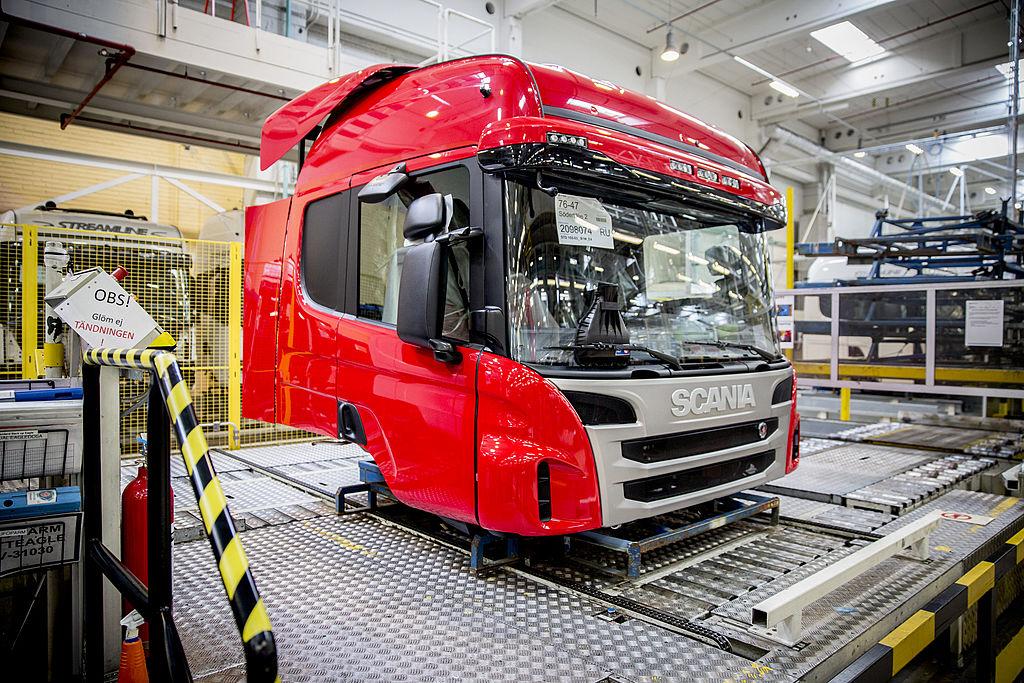1. 880 miljoen euro boete voor Scania voor verboden prijsafspraken Vrachtwagen bouwer Scania krijgt een boete van maar liefst 880 miljoen euro voor het vormen van een kartel met andere vrachtwagenfabrikanten. Naast Scania namen ook Volvo, DAF en Renault deel aan de verbodenprijsafspraken. De boete is opgelegd doorMargrethe Vestager, de Europese commissaris voor mededinging. Scania heeft in Nederland fabrieken in Meppel en in Zwolle. DAF betaalde al eerder 752 miljoen euro. In totaal deelde Brussel 2.9 miljard euro aan boetes uit in de zaak. 2. MKB'er wil liever niet in zee met private equity De behoefte aan financiering is er, maar kleinere mkb'ers willen daarvoor niet aankloppen bij een durfinvesteerder. Slechts 1 op de 10 zou het overwegen, zo blijkt uit onderzoek van overnamespecialist Marktlink waar het Financieele Dagblad over schrijft. Maar zelfs al wordt er gepraat over een overname, dan komt het vaak toch niet rond. Hét struikelblok is de overname prijs. Waar de verkopende dga's vaak denken aan een factor van 8 keer de winst of meer, willen de private equity-partijen vaak niet verder gaan dan 4 tot 6 keer, aldus Marktlink. 3. Praten tegen je auto: BMW integreert Alexa in auto's Vanaf 2018 moet het mogelijk worden om je BMW uit te rusten met Alexa, de interactieve box van Amazon. Dat meldt Techcrunch. Op dit moment zijn de mogelijkheiden om in de auto met voice commands te werken in de auto nog bepert. Maar straks hoef je dus alleen maar te roepen: play on Spotify, en je favoriete nummer gaat spelen. Ook het bedienen van de navigatie gaat gemakkelijker. En als je dan ook nog appjes kan dicteren, wordt het ook nog veiliger op de weg. 4. Nike wil schoenen rechtstreeks aan consument verkopen Nike wil de winkelier er tussenuit hebben en veel liever rechtstreeks zakendoen met de consument. Dat schrijft Bloomberg woensdag. En dat lijkt redelijk te lukken. In 2012 verkocht Nike 4 procent van de schoenen rechtstreeks aan de consument. Afgelopen jaar was dat al bijna 