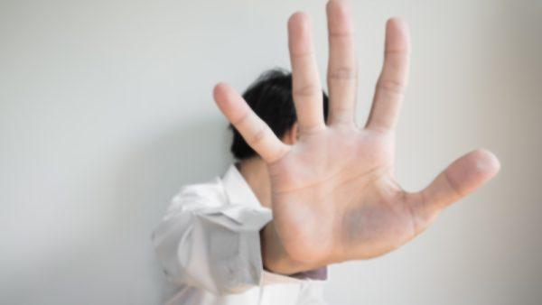 1. Je nieuwe verantwoordelijkheden helpen je niet verder in je carriere Bij een nieuwe baan horen nieuwe taken. Bij een voorgestelde promotie is het dus slim om te kijken of deze stap je dichter brengt bij de doelen die je jezelf hebt gesteld. Als het niet een stap in de goede richting is, kan het slim zijn om andere opties te verkennen. 'Niet iedere promotie is de juiste', zegt Karen Friedman, auteur van het boek Shut up and say something op Motto.com. 'Als de promotie niet aansluit op jouw doelen, kijk dan of je je baas ervan kunt laten zien waar je jezelf wel ziet en in welke rol dat zou zijn. Als je in je huidige bedrijf wil blijven, maar deze promotie aan jezelf voorbij wil laten gaan, kan je een andere promotie voorstellen.' 2. De baan past niet vanwege persoonlijke omstandigheden Ok, de baan is goed. Het komt alleen echt niet uit. Er kunnen verschillende redenen zijn om vanwege persoonlijke omstandigheden niet aan een baan met meer verantwoordelijkheden of een baan die veel meer tijd kost te beginnen. 'Er is niets mis mee om een baan niet te nemen omdat je het gevoel hebt dat het niet het juiste tijdstip is voor meer senioriteit', zegt Julie Kampf, CEO bij JBK Associates. 'Maar als je dat doet, doe het dan niet uit angst dat je de baan niet aan kan. Praat erover met een familielid of goede vriend om je te helpen om twijfels over je capaciteiten te scheiden van zorgen dat een promotie in de weg staat van zorgtaken of andere zaken buiten werk die je belangrijk vindt.' 3. Een zijstap is logischer Een stap in je carriere is niet altijd een stap omhoog. Soms kan het slimmer zijn om eerst een stap opzij te zetten om meer ervaring op te doen en daarna pas een promotie te maken. Als je een nieuwe positie wil, zorg dan dat je goed kan onderbouwen wat die stap inhoudt en hoe het je verder brengt in je loopbaan. 4. Het levert te weinig op Hoewel een promotie het goed doet op papier (en op een cv) kan het na wat rekenen een slechte deal zijn. Een promotie levert bijvoorb