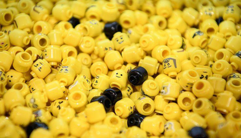 1. Lego schrapt 1400 banen na slechte resultaten Speelgoedfabrikant Lego gaat nog voor het einde van het jaar 1400 werknemers ontslaan. Dat meldt het bedrijf dinsdag bij de presentatie van de halfjaarcijfers. Na jaren van snelle groei moet het bedrijf nu tegenvallende resultaten bekendmaken. Volgens oud-topman en huidig president-commissaris Jørgen Vig Knudstorp is het bedrijf de afgelopen jaren stormachtig gegroeid en is het nu tijd om op de reset-knop te drukken. 2. TUI laat zich niet naar Lelystad dwingen Als Schiphol wil dat goedkope luchtvaartmaatschappijen uitwijken naar luchthaven Lelystad, dan zal er meer moeten gebeuren om regionale luchthavens aantrekkelijker te maken. Dat zegtGünther Hofman, algemeen directeur TUI fly Benelux tegen het FD.De vernieuwde luchthaven in de polder moet vanaf april 2019 open zijn voor vakantieverkeer, zodat er meer ruimte op Schiphol komt voor intercontinentale vluchten. 3. Groen licht voor fusie AMC en VUmc Na een jarenlang traject heeft toezichthouder ACM toestemming gegeven voor de fusie van de ziekenhuizen AMC en VUmc. Door de fusie ontstaat het grootste ziekenhuis van Nederland.De ziekenhuizen zijn al sinds 2010 bezig een fusie voor te bereiden. De twee ziekenhuizen zijn samen goed voor een jaaromzet van ruim 1,7 miljard euro. 4. Werkgever mag niet zomaar e-mails controleren Als een werkgever de zakelijke e-mails van zijn personeel wil controleren, moet hij van tevoren melden dat hij dat gaat doen.Dat heeft het Europees Hof voor de Rechten van de Mens dinsdag in een arrest vastgesteld. Een controle mag de privacy van de werknemer niet schenden. Het hof deed de uitspraak in een meer dan tien jaar oude zaak waarin een Roemeense werknemer werd ontslagen vanwege privégebruik van zijn zakelijke mail. 5. Manager van de dag: Erik-Jan Mares, directeur Zeeman Erik-Jan Mareszat bij Ahold Delhaize in de directie van supermarktketen Albert Heijn en leidde het laatste jaar de Europese samensmelting van Ahold met Delhaize. Daarvoor werk