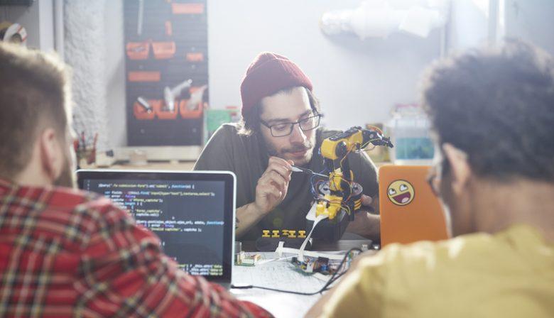 Millennials zien technische ontwikkelingen als robots en artificial intelligence (AI) volgens onderzoek eerder als een verrijking van hun baan dan een bedreiging. Volgens hoogleraar Ton Wilhagen onderschatten ze het probleem. Een grote meerderheid van 79 procent van de mensen die zichzelf millennial mogen noemen (tussen de 18 en 35 jaar) geloven dat technologie zelfs voor meer werk zal zorgen, in plaats van dat het aantal banen af zal nemen. Het doemscenario van robots die onze banen inpikken, is volgens wereldwijd onderzoek van de World Economic Forum niet voorbehouden aan jonge medewerkers. Maar is dat beeld terecht? Volgens hoogleraar Arbeidsmarkt aan de Tilburg University Ton Wilthagen niet. 'Jongeren zijn met technologie opgegroeid en hebben vaak de misvatting dat ze technologie wel de baas kunnen blijven. Ze zien de grootte van het probleem niet in.' Wilthagen doet onderzoek naar de toekomst van jongeren op de arbeidsmarkt en naar het tegengaan van jeugdwerkloosheid. De belangrijkste reden van de onderschatting is volgens Wilthagen dat millennials nog niet zo lang aan het werk zijn, of in redelijk nieuwe beroepsgroepen terecht komen. 'Wie nu bij een bank of verzekeringsmaatschappij aangenomen wordt, krijgt een veelal nieuwe functie. Die wordt niet meer bij de administratie neergezet. Terwijl de administratie allang weg geautomatiseerd is. Ook appbouwers, een redelijk nieuwe beroepsgroep, hoeven de komende tijd niet te vrezen.' Maar ook in dit geval zijn resultaten behaald in het verleden geen garantie voor de toekomst. 'We weten niet hoe technologie zich gaat ontwikkelen op de arbeidsmarkt. Nu zit er vaak nog een persoon naast om de robot te controleren, maar dat zal vroeg of laat ook meer verdwijnen.' Uitzendbureau Young Capital gebruikt al machine learning voor recruitment. 'Uiteindelijk gaan ze ook dit soort relatief nieuwe beroepen overnemen.' Digitale kennis In het onderzoek werden 31000 mensen uit 186 landen ondervraagd. Ondanks dat millennials technolog