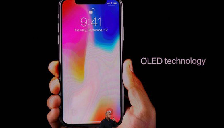 1. Hij is er, de iPhone X Gisteravond onthulde Apple de iPhone X, een telefoon zonder Home knop die kan ontgrendelen door middel van gezichtsherkenning. Apple's CEO Tim Cook noemde het 'de grootste sprong voorwaarts sinds de oorspronkelijke iPhone. De voorkant van de iPhone X wordt bijna volledig bedekt door een OLED-beeldscherm, met alleen aan de bovenkant een kleine rand voor de camera, 3D-gezichtsscanner en luidspreker. Het scherm heeft een resolutie van 2436 bij 1125 pixels, voor scherpere beelden dan op eerdere iPhones. Niet alleen het toestel is opvallend, ook de prijs. Met een vanaf prijs van 999 dollar is het de duurste iPhone ooit.Naast de iPhone X onthulde Cook ook de iPhone 8 en 8 plus, een upgrade van de 7 en de 7 plus. In Nederland gaat de iPhoneX waarschijnlijk 1.159 euro kosten en is hij eind oktober verkrijgbaar. 2. Bij Air Berlin melden zich 200 piloten ziek Middenin het overnameproces van het failliete Air Berlin hebben dinsdag 200 piloten zich ziek gemeld. Hierdoor moest een groot aantal vluchten worden geannuleerd. Air Berlin vroeg vorige maand faillissement aan. Dankzij een overbruggingskrediet van de Duitse overheid kon de luchtvaartmaatschappij toch doorvliegen. Tot vrijdag kunnen geïnteresseerde partijen zich melden. Onder meer Lufthansa zou interesse hebben. De reden dat de piloten staken heeft waarschijnlijk te maken met de overname. Als de koper een andere luchtvaartmaatschappij is, levert de pikorde binnen het pilotenkorps meestal de nodige spanningen op. 3.Topman JPMorgan Chase: Bitcoin is fraude Jamie Dimon, de topman van de Amerikaanse zakenbank JP Morgan Chase heeft een slecht einde voorspeld voor de Bitcoin. Hij noemde de digitale munt 'fraude, erger dan de tulpenbollenmanie in de zeventiende eeuw'. Als er ooit een handelaar in bitcoins zou handelen zou Dimon hem meteen ontslaan. 'Ten eerste omdat het tegen de regels is, ten tweede omdat het ontzettend stom is'. Na de opmerkingen van Dimon daalde de koers van de bitcoin iets. 4. Akzo