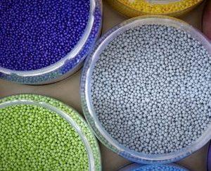 CEO: Rob Harmsen Plaats: Apeldoorn Omzet 2016: 74miljoen euro Gemiddelde groei (2012-2016):4,8% Gemiddelde EBIT (2012-2016):7,3% FTE: 409 PVC-buizen, PET-flessen, bakvormpjes en fopspenen: het zijn slechts enkele voorbeelden van plastic producten die hun kleur danken aan Holland Colours. Het bedrijf fabriceert in Apeldoorn al 37 jaar natuurlijke grondstoffen, zoals pigmenten, voor het kleuren van kunststof en voor gebruik in onder meer verf en siliconen. Ook in de bouw, waar de kleurstoffen gebruikt worden voor pijpleidingen, kozijnen en hekken, is Holland Colours een naam van formaat.