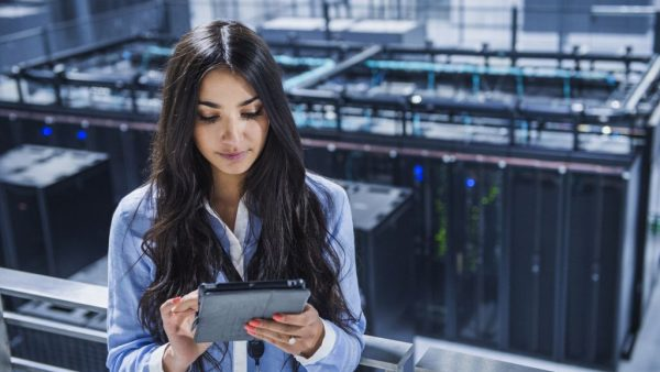 Een IT'er zit de hele dag alleen in een kantoor naar een beeldscherm te staren. En met een IT-studie kun je alleen bij ICT-bedrijven aan de slag. Vraag jongeren naar hun ideeën over een baan in IT en de kans is groot dat je met een van deze vooroordelen om de oren wordt geslagen. Zonde, want een IT-afdeling is tegenwoordig zoveel meer dan deze beperkte beeldvorming. Ze vormt de ruggengraat van veel bedrijven, of het nu gaat om organisaties in finance, retail, telecom of in andere sectoren. En de moderne IT'er is allang niet meer de stereotype nerd. Het is een klantgerichte, communicatief vaardige sparringpartner met, inderdaad, een passie voor IT en techniek. De IT-sector kampt met een groot imagoprobleem. Onder jongeren, en met name onder vrouwen. In recent onderzoek van Eurostat komt naar voren dat zij in de IT-sector nog altijd ondervertegenwoordigd zijn. In ons land was het afgelopen jaar 84,4 procent van de IT'ers man, tegenover dus 15,6 procent vrouw. Daarmee eindigen we weliswaar boven België en Luxemburg, maar onder onze Scandinavische bovenburen en landen als Frankrijk, Oostenrijk en het Verenigd Koninkrijk. Opvallend detail: zelfs de aanvoerders van de lijst, Bulgarije en Roemenië, blijven steken bij een percentage van minder dan een derde – respectievelijk 30,2 en 26,3 procent – voor wat betreft vrouwen werkzaam in IT. Behoefte aan soft skills Ondanks de werkzekerheid en de financiële voordelen die een baan in IT met zich meebrengt, zijn veel vrouwen huiverig om te kiezen voor een studie of baan in deze sector. En dat terwijl de huidige ontwikkelingen binnen het vakgebied schreeuwen om vrouwelijke invloeden. Neem alleen al het feit dat steeds meer bedrijven overstappen van on-premise-oplossingen naar de cloud. Dit maakt dat IT steeds meer de vorm aanneemt van een as-a-service-model. Om die dienstverlenende functie te ondersteunen, zijn andere rollen en competenties vereist. Er is steeds meer behoefte aan zogenaamde soft skills, zoals goede communicatieve 