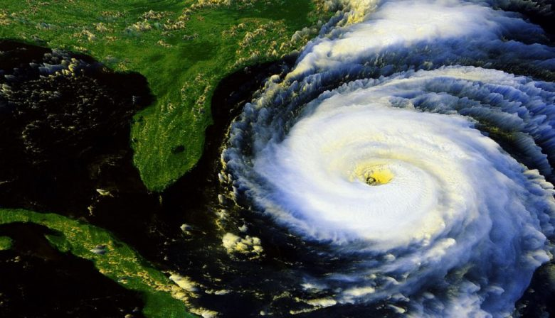 1. Financiële schade zichtbaar na orkanen Nu de orkanen Harvey en Irma zijn overgewaaid, wordt de schade goed zichtbaar. Harvey raakte de Amerikaanse staten Texas en Floria en orkaan Irma raasde over Sint-Maarten, een Frans-Nederlands eiland. Financiële experts zijn het erover eens dat zowel Amerikaanse als Europese verzekeraars de schade kunnen betalen en daardoor niet in de problemen zullen komen. In Amerika is dat deels omdat veel huiseigenaren niet verzekerd zijn tegen dit soort weersomstandigheden en omdat de overheid een overstromingsprogramma heeft. De schade van Harvey wordt geschat op zo'n 22 tot 27 miljard dollar en 20 tot 40 miljard dollar voor Irma. De experts waarschuwen wel: verzekeraars zullen de schade vergoeden, maar waarschijnlijk gaan hierdoor ook de premies omhoog. 2. Belastingdienst krijgt volgend jaar 75 miljoen extra Om de Belastingdienst volgend jaar draaiende te houden, geeft het kabinet 75 miljoen euro extra voor de begroting. Dit wordt volgens RTL Z op Prinsjesdag bekend gemaakt. Dat geld is bestemd voor de vernieuwing van ICT-systemen, die ernstig verouderd zijn, en het opvullen van de gaten in de organisatie. Dat zullen er een hoop zijn, want veel personeel nam de benen met de uit de hand gelopen vertrekregeling. Als de systemen niet worden geupdatet, kunnen er dingen misgaan met de belastingaangifte en kunnen mensen zelfs onterechte aanslagen ontvangen. Lagere belastingingkomsten zijn daardoor een serieus scenario. 3. Beurskoers Apple zakt tijdens presentatie iPhone Een foutje kan altijd gebeuren, maar wanneer je de nieuwe iPhone presenteert en de unlock gezichtsherkenning niet werkt, is dat niet handig. Dat was ook terug te zien op de beurs. Beleggers begonnen enthousiast, maar naarmate de presentatie van de iPhone 8 en iPhone X vorderde, zakte die redelijk rap. Dit komt vaker voor na de presentatie van een nieuwe iPhone, bij een aantal oudere modellen zakte de beurskeurs ook flink in. Tijdens deze presentatie schommelde een aandeel Ap