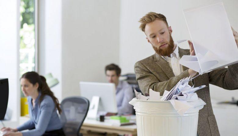 Afval scheiden, hernieuwbare energie gebruiken en producten hergebruiken. Medewerkers willen het wel, maar zien de mogelijkheden op kantoor niet. Thuis is duurzaamheid veel belangrijker en zijn mensen daarin ook actiever, zo blijkt uit het onderzoek. Werkgevers kunnen in de ogen van hun werknemers veel meer doen om het kantoor ook een milieuvriendelijke plek te maken. Top-5 Uit de resultaten van het onderzoek werd een top-5 samengesteld van de belangrijkste factoren voor duurzaamheid. Werknemers vinden afval scheiden op kantoor erg belangrijk (77%), waarvan 65 procent aangeeft dit ook graag te willen doen als de mogelijkheid er was. De top-5 wordt verder ingevuld met: energie besparen, medewerkers duurzaam inzetten, milieuvriendelijke producten gebruiken en producten ook hergebruiken. 42 procent van de medewerkers zou nog wegwerpbekers gebruiken op kantoor, die niet gescheiden weggegooid kunnen worden. Richtlijnen Ook het printergebruik is een doorn in het oog van velen. 40 procent geeft aan zelf spaarzaam om te gaan met printjes maken, maar bijna evenveel mensen geven aan dat hun collega's dit niet doen. Tegelijkertijd hebben werknemers zelf genoeg ideeën om hun werkplek duurzamer in te richten en zouden daarmee aan de slag willen. Ze geven aan dat richtlijnen opstellen voor een duurzamer kantoor een oplossing is, 24 procent van de ondervraagden heeft niet het gevoel dat die er zijn. Jan Piet van Dijk, operations director bij Manuten: 'Als de werkgever afvalscheiding beter faciliteert, zal de werknemer er vanzelf gebruik van gaan maken. Thuis is afvalscheiding al de gewoonste zaak van de wereld, dat kan het op het werk ook worden.' Onderzoek In totaal werden ruim 800 Nederlandse medewerkers ondervraagd voor het onderzoek. De helft van de ondervraagden werkt voor een bedrijf met 200 medewerkers of meer, 75 procent werkt vast op kantoor.