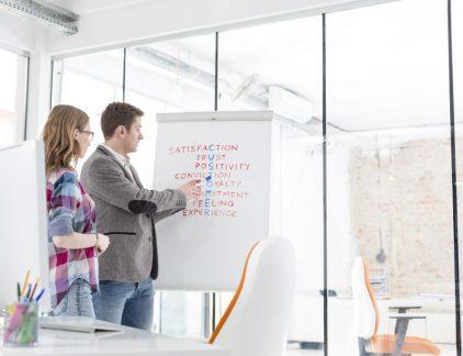 Zoeken naar nieuwe klanten, dat doe je tegenwoordig vooral met content(marketing). Je gaat op zoek naar het probleem waarvoor jouw organisatie een oplossing biedt, en zoekt vervolgens degenen die met dat probleem kampen. Hen probeer je daarna steeds meer bij dat probleem te helpen, door informatie erover te bieden. Zo betrek je ze langzaam maar steeds meer bij jouw organisatie. Zozeer zelfs, dat ze na een aantal 'touchpoints' uiteindelijk misschien wel klant bij je worden. Is het de investering waard? In ons whitepaper wordt uitgelegd hoe je dat doet, dat inrichten van de route 'van contact naar klant'. Ook wordt verteld hoe je berekent of de investering in elk touchpoint het waard is. Die berekening doe je vooral door je zogeheten 'funnel' te analyseren, zo blijkt. Om het te verduidelijken, een voorbeeld: een gemiddelde deal bij jouw bedrijf bedraagt 10.000 euro. En je doel is in een bepaald jaar 100 klanten te bedienen, dus een omzet te boeken van 1 miljoen. Dan kun je gaan terugrekenen. [illustratie funnel] Als je er bijvoorbeeld van uitgaat dat je voor elke deal minstens met tien potentiële klanten moet hebben gesproken, dan kun je bedenken dat je in een jaar met 1.000 mensen in gesprek moet. En om dat de goede 1.000 mensen te laten zijn, heb je misschien wel 2.000 goede contacten nodig (de zogenoemde Sales Qualified Leads). En voor die 2.000 goede contacten zijn misschien wel weer 4.000 namen nodig van potentiële klanten die zijn onderzocht en beoordeeld als mogelijk kansrijk (de zogeheten Sales Accepted Leads). Maar hoe kom je aan die 4.000 namen? Dat doe je door als marketeer een nóg grotere groep mensen te proberen te bereiken. Als 1 op de vijf bereikte mensen tot Sales Accepted Lead kan worden geconverteerd, gaat het dus om een te bereiken groep van 20.000 mensen. En dat gaat dan nog niet eens om álle bezoekers van bijvoorbeeld je website, maar alleen nog om de Marketing Qualified Leads, oftewel: de bezoekers van wie te verwachten valt dat ze mogelijk klant