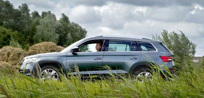 Sinds ze wat handzamer zijn, zijn SUV's en hun crossover-derivaten salonfähig. Sterker nog, ze vreten alle andere segmenten uit de automarkt kaal. Stationcars, MPV's, hatchbacks van klein tot groot: we zitten toch liever nét iets hoger en nemen wat minder bagageruimte en extra verbruik voor lief. Cijfers? In Europa waren SUV's vorig jaar goed voor 26 procent van alle nieuw verkochte auto's, en dat aandeel zal volgens marktvorsers oplopen tot 34 procent in 2020. Wie nu nog een Passat Variant of Renault Scénic kiest, is of erg eigenzinnig of heeft de tijdgeest volkomen gemist. Populariteit van de SUV Autofabrikanten weten intussen niet hoe snel ze voor elk formaat en elk budget een SUV of crossover moeten leveren. Het is leuk om te zien hoe elk merk wordt vertaald in een hoogzitter – die overigens ondanks al het onverzettelijk vertoon slechts af en toe als vierwielaandrijver wordt besteld. Bij Skoda leverde de merkformule de Kodiaq op. Net zoals andere Skoda's bevat hij een heel magazijn aan Volkswagen-techniek, no-nonsense vormgegeven in een verpakking die vooral achterin doet denken aan die zak chips: '30% extra voor hetzelfde geld!' Zet hem maar eens naast gelijk geprijsde concernbroeders als de VW Tiguan of Seat Alteca: twintig centimeter langer, een schep meer been- en hoofdruimte en een uitstraling die hem bijna een klasse groter doet lijken. Geen punt: als trendongevoelige buren mekkeren over die 'asociale grote bak', kun je ze wijzen op het merk. Wat is er nu volkser en soberder dan een Skoda? Gelukkig hebben die buren niet door hoe weelderig de sympathieke Kodiaq rijdt. Comfortabel, maar de Skoda onder de SUV's is vooral ook ontzagwekkend stil. Bandengeruis vergeef je een SUV met zijn dikke wielen graag, maar dat is in deze statige koets volledig verdoezeld, net als het motorgeluid bij normaal gebruik. In combinatie met een automaat en het up-to-date multimediapakket is er echt weinig te wensen over. Al gebiedt de eerlijkheid te zeggen dat de verweneditie met