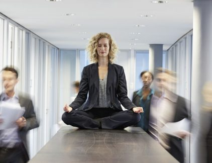 'Paul, dat meen je niet, doe jij aan meditatie?' Chris trekt zijn wenkbrauwen omhoog. 'Dat doen toch alleen maar lui die Chai Latte drinken?' Paul glimlacht. 'Je zou het ook eens moeten doen, Chris. Ik kom er enorm van tot rust.' Potentie benutten Paul is niet de enige leidinggevende die de voordelen van meditatie ervaart. Steeds meer mensen gebruiken apps als Headspace of Buddhify en ontdekken de voordelen van meditatie. Rust in je hoofd, goed kunnen concentreren, flow ervaren: het zijn zaken waar menig leidinggevende naar zoekt. Genoeg redenen om meditatie eens uit te proberen. Anouk Brack, trainster in leiderschapsontwikkeling, gaat in haar boek 'De verborgen dimensie van leiderschap. Evolutie van macht naar kracht' nog een stap verder. Zij laat zien dat je als mens je potentieel volledig kunt benutten en de wereld bovendien een stukje mooier kunt maken door middel van meditaties, ademhalingsoefeningen, belichaamde oefeningen en nog veel meer. Klinkt dit te zweverig? Dat snap ik best. Zelf ben ik ook meer het type 'niet lullen maar poetsen': mouwen opstropen en gaan. Maar lees toch vooral even door. Want tussen de meditaties door is Brack verfrissend resultaatgericht: het gaat haar erom het beste uit jezelf te halen. Wie wil dat nou niet? En het mooie is: het werkt. Lichaam en geest Bracks uitgangspunt is helder: laat lichaam en geest met elkaar samenwerken. Het lichaam heeft een enorme impact op hoe we functioneren. Als je dat bewust kunt inzetten, kun je meer bereiken met meer gemak. Dat is niet simpel: we zijn gewend om alles vanuit ons hoofd te doen en de ratio te gebruiken. Maar we kennen allemaal wel de momenten dat iets 'niet goed voelt', je met een knoop in je maag zit, of de moed in je schoenen zakt. Het levert meestal niet veel op wanneer je dat gevoel negeert. Daarom een paar tips hoe je lichaam en geest beter kunt laten samenwerken en zo je potentieel optimaal te benutten. #1 Zeg eens AAA Aandacht, Acceptatie en Adaptatie: het is de gulden regel van B