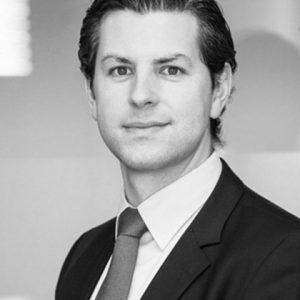 Bouwjaar 1981 IsChief Risk Officer Holdings Aegon Goudhaan in2017 OpleidingNatuur- en sterrenkunde aan de Universiteit Leiden Jelle Ritzerveld had een veelbelovende wetenschappelijke carrière voor zich: als 26-jarige promoveerde hij in de theoretische natuur- en sterrenkunde aan de Universiteit Leiden. Zijn begeleider noemde hem een van zijn beste promovendi ooit. Toch koos Ritzerveld voor het bedrijfsleven. Hij ging aan de slag bij ABN Amro als risicoanalist. Bij zijn volgende werkgever Leaseplan werd hij, 28 jaar jong, na iets meer dan een jaar benoemd tot manager risicomanagement. Daarna bieden respectievelijk Kempen Capital Management en Delta Lloyd hem een topfunctie aan binnen het risicomanagement. Na weer iets meer dan een jaar bij Delta Lloyd stapt Ritzerveld in augustus over naar Aegon, waar hij met zijn 36 jaar aan de slag gaat als Chief Risk Officer Holdings. Al zijn functies hebben volgens Ritzerveld één ding gemeen: 'Ik heb risk-managementfuncties mogen neerzetten die niet alleen bijdroegen aan in control of compliant zijn, maar die ook werden gerespecteerd als business partner.'