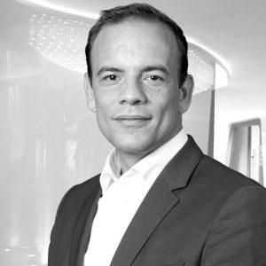 Bouwjaar 1975 IsCIO ING Nederland Goudhaan in2017 OpleidingSysteemkunde in Delft Peter Jacobs studeerde Systeemkunde in Delft, een soort mix van een econometrie en software engineering. Op zijn dertigste verliet hij de universiteit, cum laude gepromoveerd. Hij ging aan de slag bij McKinsey. Daar deed hij verschillende klussen, onder andere bij ING, waar hij in 2009 directeur applicatiemanagement werd. In 2013 werd hij als chief information officer verantwoordelijk voor IT bij ING Nederland. Een belangrijke functie, omdat ING van de vier grote Nederlandse banken het meest nadrukkelijk inzet op digitale transformatie. Jacobs kijkt voor inspiratie vooral buiten de financiële sector, naar internetreuzen als Google, Spotify en Airbnb. 'Die bedrijven leerden ons een aantal dingen', zegt Jacobs in een interview met het FD. 'Bijvoorbeeld dat de gebruikservaring voor klanten frictieloos moet zijn. Als dingen complex worden, haken mensen af.'