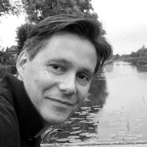 Bouwjaar 1976 Is Directeur e-commerce Jumbo Goudhaan in 2017 Opleiding Commerciële economie (Hogeschool InHolland), MBA (Erasmus Universiteit, Rotterdam) Jumbo heeft de wereld laten weten over vijf jaar marktleider te willen zijn in online boodschappen. Roy van Keulen moet die ambitie waar gaan maken. Sinds begin dit jaar is hij er directeur e-commerce. Eerder zette Van Keulen voor Praxis het online communityplatform Voordemakers.nl op. Hij werkte vier jaar lang voor Maxeda DIY Group – het moederbedrijf van onder andere Praxis – eerst als directeur digitaal en later als chief marketing officer. Zijn opdracht: iedereen in de Benelux weer aan het 'maken' krijgen, oftewel Do It Youself. Bij zijn eerdere werkgever TomTom zette Van Keulen Map Share op, een platform waarop klanten data kunnen delen. Hij wist de e-commerce-omzet van TomTom te laten groeien tot tien procent van de totale omzet (toentertijd zo'n 1,4 miljard euro).