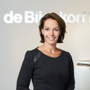 """Bouwjaar 1977 Is CFO Bijenkorf Goudhaan in 2017 Opleiding Economie (Universiteit van Amsterdam), Auditing (Universiteit van Amsterdam), Finance and control (Universiteit van Amsterdam) Op haar 34e was Susan Lenderink al cfo bij warenhuis Bijenkorf. Daarover zei ze tegen Elegance: """"Die positie heb ik enerzijds te danken aan mijn analytisch vermogen en commercieel inzicht – noodzakelijk als je in de financiële hoek zit – maar ook omdat ik het leuk vind om samen te werken. Ik ben leidinggevende, maar óók meewerkend voorvrouw."""" Steekt haar ambities niet onder stoelen of banken en staat te trappelen om nóg meer algemene verantwoordelijkheid te krijgen binnen het bedrijf. Volgend jaar ceo?"""