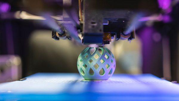 1. NPM gaat langdurig in 3D-printmaker Ultimaker investeren Nederlandse voorloper in 3D-printing, Ultimaker, gaat een langdurige samenwerking aan met investeringsfonds NPM. Laatstgenoemde doet nu al een 'omvangrijke' investering in het bedrijf, maar wil niet zeggen om hoeveel geld het gaat. Het geld wordt deels gestoken in productontwikkeling en deels in sales en marketing. Ultimaker-CEO Jos Burger zegt erover tegen RTL Z: 'Door het gebruik van nieuwe plastics kunnen er andere producten worden gemaakt. Zoals gereedschappen, sierobjecten of spullen om mee te eten.' Ultimaker verkocht vorig jaar 21.000 3D-printers, onder andere aan Apple, Volkswagen en Tesla. 2. Verkoop Heineken stijgt vooral buiten Europa Heineken heeft in het derde kwartaal 6 miljard liter bier verkocht. Dat komt neer op een toename van ruim 11 procent. Een groot deel daarvan komt door overnames, vooral het Braziliaanse Kirin deed het goed. Ook huismerkbier Heineken verkocht goed. Het bedrijf verdient daar meer op dan de andere merken, omdat Heineken een premium-merk is en daardoor duurder. In West-Europa steeg de verkoop niet, de bierbrouwer geeft zelf aan vanwege het slechte weer afgelopen maanden in Nederland en Frankrijk. De nettowinst over de eerste negen maanden van dit jaar kwam uit op 1.486 miljoen euro. 3. Hudson's Bay krijgt kapitaalinjectie van 500 miljoen Warenhuis Hudson's Bay is druk bezig met Europese uitbreiding, maar ondervind daardoor financiële problemen. Het nettoverlies over het eerste half jaar van 2017 komt uit op 286 miljoen euro en de verkopen in winkels dalen. Daar hoopt moederbedrijf HBC nu een oplossing voor gevonden te hebben: een deal met investeringsfonds Rhone Capital levert het bedrijf 500 miljoen dollar op. Daarnaast neemt de investeerder een vestiging van Lord & Taylor, onderdeel van HBC, over aan Fifth Avenue voor 850 miljoen dollar. Daarmee moet zowel de financien in balans gebracht worden als een activistische aandeelhouder op afstand gehouden worden. In ruil vo