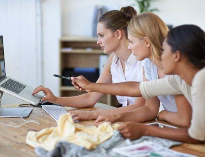 Een goede call to action knop zet bezoekers van je website aan tot klikken. De juiste knop vraagt om actie: een offerte aanvragen, een vrijblijvende afspraak maken of een gratis e-book downloaden. Alles wat een potentiele klant helpt de slag te maken naar betalende klant. De call to action is waar jouw contentmarketing strategie om draait. Deze 8 tips helpen je om de beste call to actions te maken. 1.Bepaal het doel Allereerst moet je vooraf bepalen wat het doel van je call to action is. Dat kan van alles zijn: -contact opnemen -producten kopen -bestanden downloaden -een proefversie of abonnement aanvragen -formulieren invullen -aanmelden voor een nieuwsbrief In een ideale situatie heeft elke pagina op je website een specifiek doel en is deze pagina zorgvuldig ontworpen om dit doel te bereiken. Op een productpagina van je webshop is dit uiteraard het verkopen van een product, maar een doel kan ook een offerte- of contactaanvraag zijn. Een ideaal hulpmiddel om de gebruiker naar het bereiken van het doel te sturen is de call to action button; een knop waarmee je een actie kunt uitvoeren. Het principe van zo'n knop is natuurlijk bijzonder simpel en logisch, Maar ervoor zorgen dat mensen daadwerkelijk op de knop drukken is een stuk ingewikkelder. En denk eraan: Less is more, overlaad je website niet met buttons. 2.De plek op de site is belangrijk. Maak een call to action duidelijk vindbaar, opvallend en logisch. Het moet passen in de 'buyers-journey' en dus op een logische plek komen, op een moment dat de bezoekers van je site er behoefte aan hebben, anders is de kans klein dat iemand op de knop drukt. Je moet het juiste aanbod doen op het juiste moment. Vraag jezelf af wat de bezoeker op je site wil bereiken, hoe hij dit het liefste wil doen, en neem dat vervolgens als uitgangspunt. Zorgt de call to action ervoor dat de gebruiker geholpen wordt zijn doel te bereiken? Dan heb je de beste call to action plek te pakken. Bij de ene conversievraag zul je eerst meer vertrouw