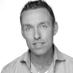 Bouwjaar 1975 Isdirecteur e-commerce Independer Goudhaan in2017 OpleidingElektrotechniek (TU Delft), International Marketing College (INSEAD) en Merkmanagement (Rijksuniversiteit Groningen) Begin dit jaar ging er een flinke bezem door de top van vergelijkingswebsite Independer. Oprichters Ruud Martens en Serge van Lier maakten de weg vrij voor een nieuwe generatie bestuurders. Een van hen is Remco Armee: directeur e-commerce. Een nieuw gezicht in de financiële dienstverlening, maar niet in de e-commerce. Armee werkte de laatste tien jaar bij Marktplaats, waar hij het in 2013 tot COO schopte. Daarvoor was hij kort werkzaam bij KPN na een studie Elektrotechniek (TU Delft), International Marketing College (INSEAD) en Merkmanagement (Rijksuniversiteit Groningen). Armee is aanhanger van de golden circle-theorie van Simon Sinek, waarin doelen een belangrijke rol spelen. 'Zo is het grotere doel van Independer om mensen te helpen met meer vertrouwen de beste financiële beslissingen te nemen. Dat spreekt me aan', aldus Armee in Twinkle Magazine.