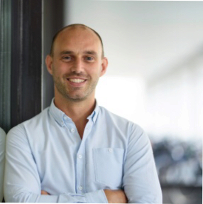 Bouwjaar 1983 Is General manager, Uber Nederland Goudhaan in 2017 Opleiding Finance & investments (Erasmus Universiteit Rotterdam) en MBA (INSEAD) Na een aantal operationele functies, is Thijs Emondts sinds maart 2017 general manager van Uber Nederland. Zijn doel: een gezonde groei neerzetten. Niet geheel toevallig wordt hij daarop ook afgerekend door zijn bazen in San Francisco. Binnen het omstreden taxiplatform maakte Emondts al een flinke groeistuip mee. Toen hij drie jaar geleden begon als operationeel manager in Rotterdam, had Uber wereldwijd 2.000 man in dienst. Nu zijn dat er 15.000, chauffeurs niet meegerekend. Emondts kan op verjaardagsfeestjes vertellen dat hij stage liep bij Lehman Brothers toen het omviel en ooit 3 maanden Mandarijn leerde in Shanghai.